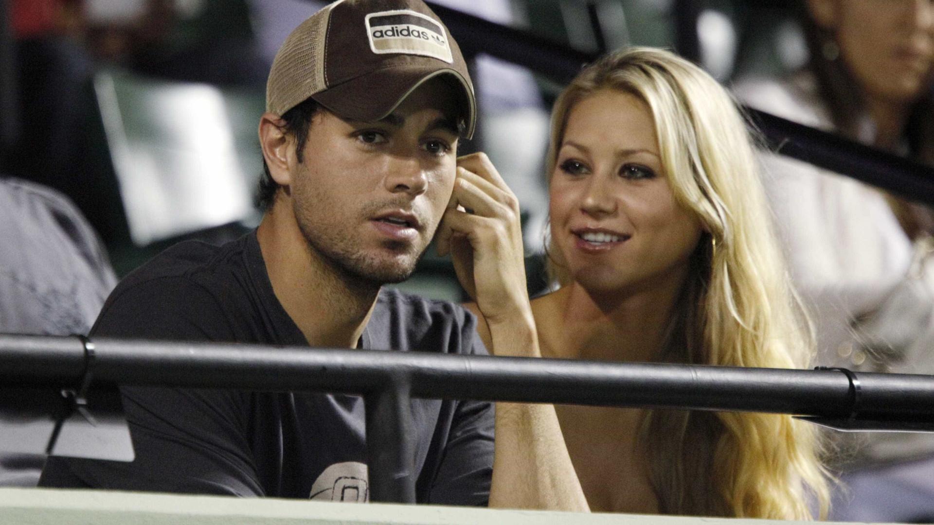 Mesmo comprometido há mais de uma década, Enrique Iglesias tem Tinder