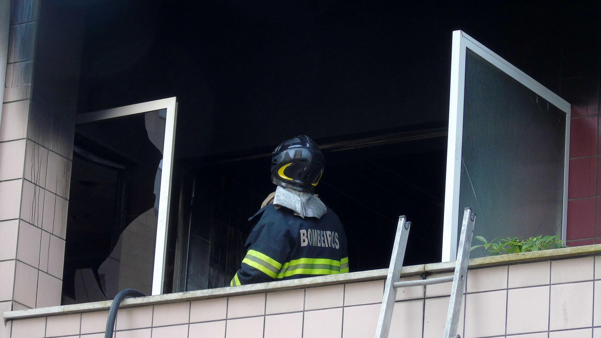 Incêndio destrói por completo anexo de armazém de móveis em Vila Franca