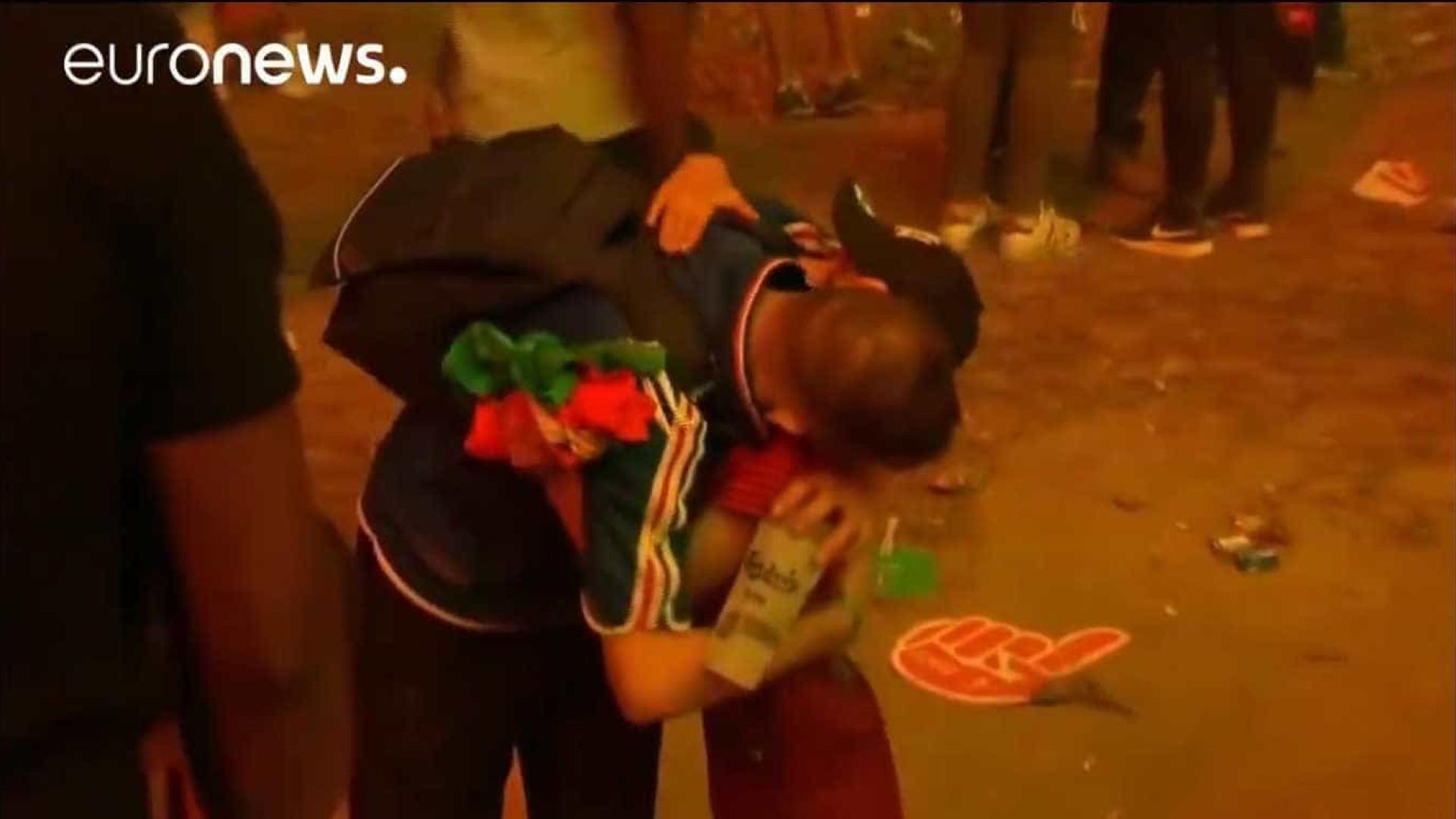 Imagens de criança lusa a consolar um adepto francês correm o mundo