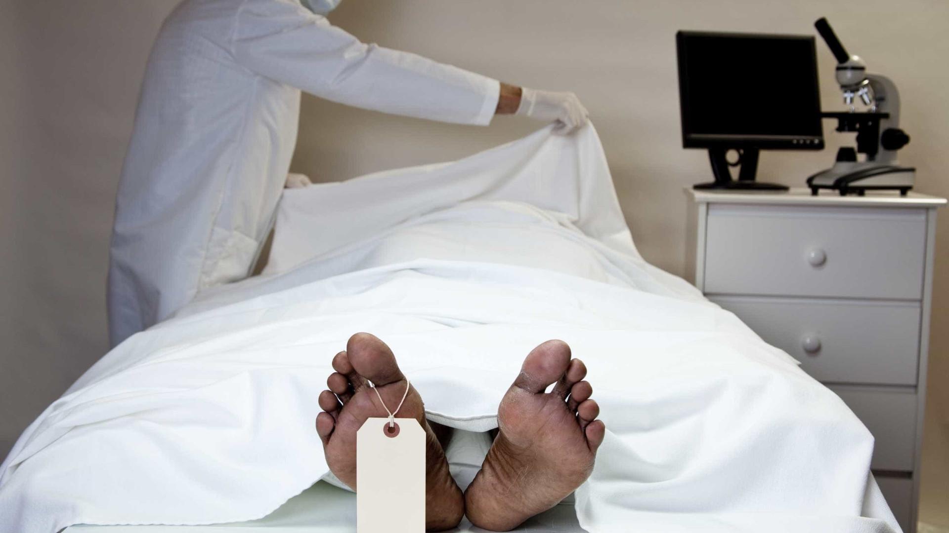 Preso dado como morto por três médicos 'ressuscita' antes da autópsia