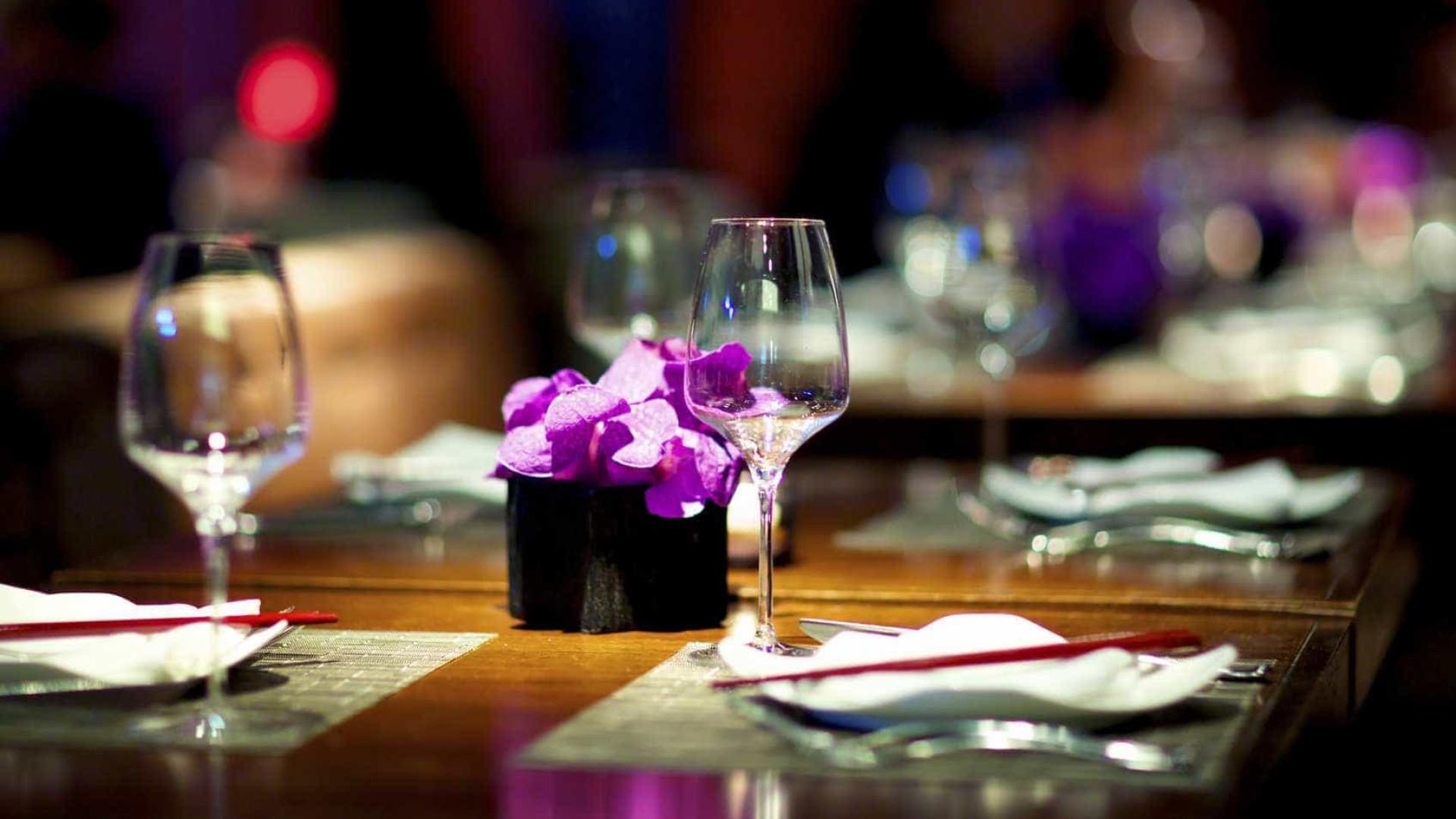 Um anel de diamantes e 10 mil rosas. Eis o jantar mais caro do mundo