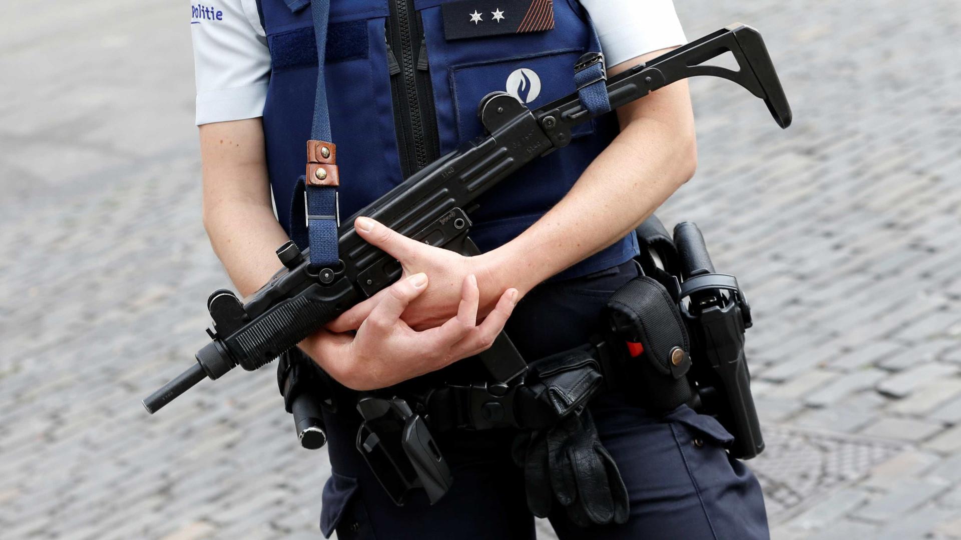 """Polícias belgas atacados com catana. Suspeito gritou """"Allahu Akbar"""""""