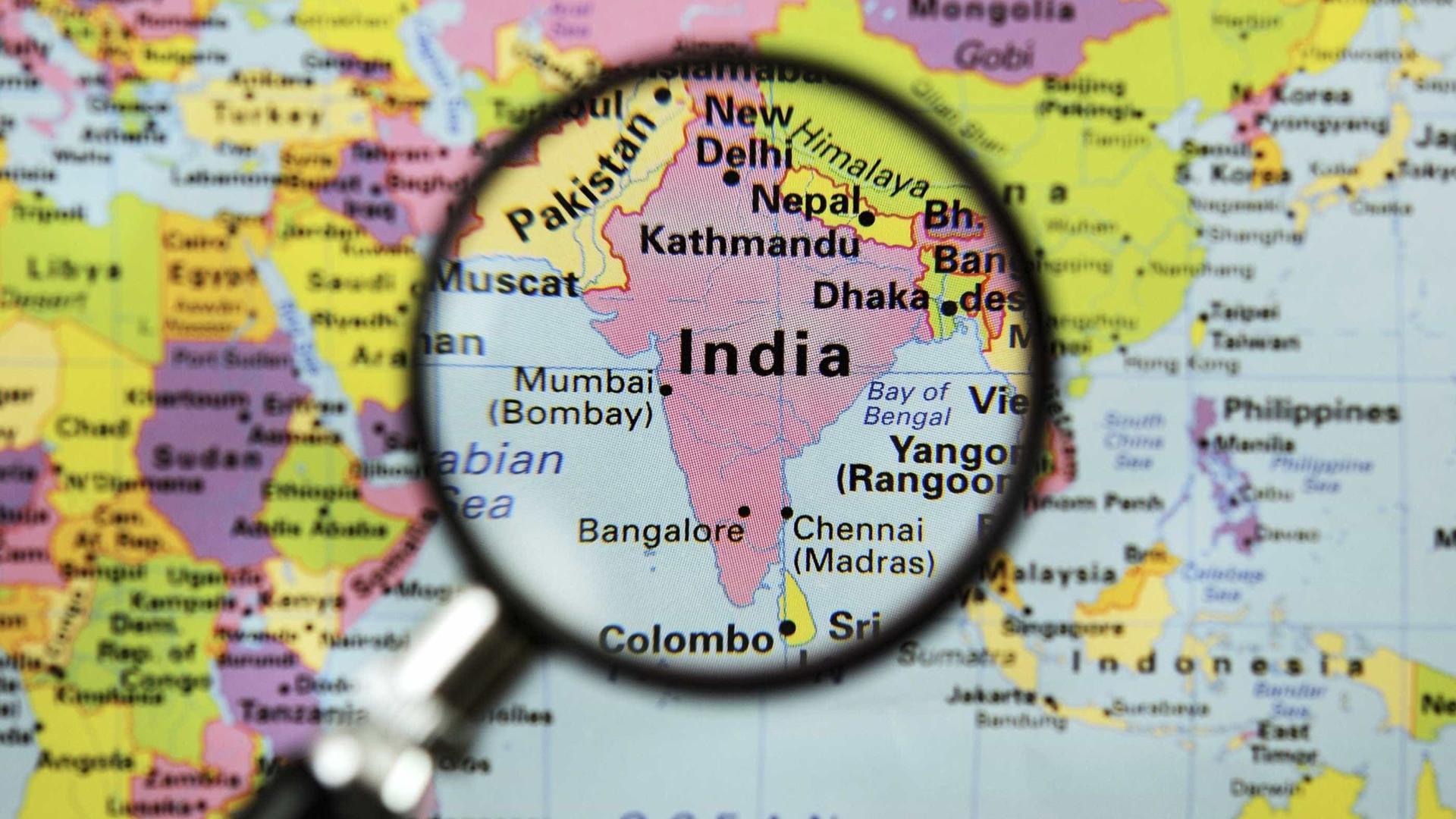 Queda de autocarro na Índia causa 16 mortos e 16 feridos