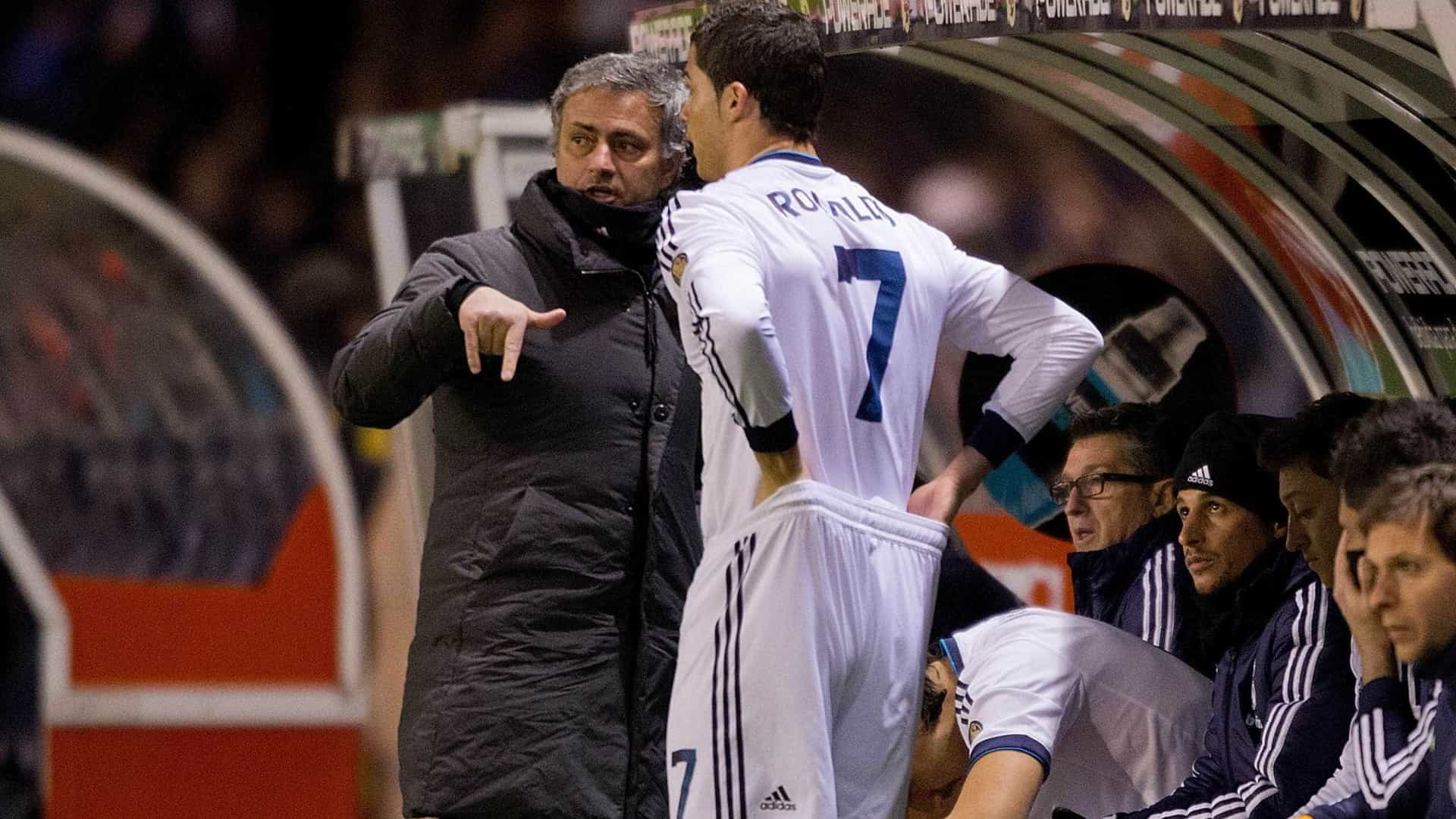 Evra sai em defesa de Mourinho:
