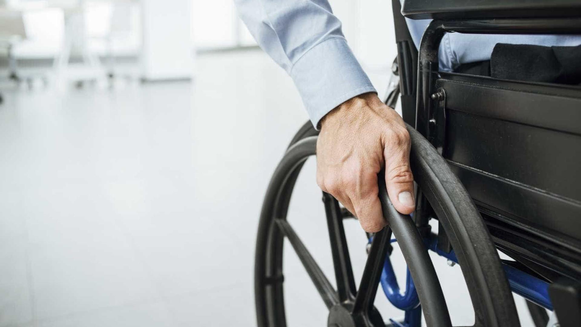 Homem em cadeira de rodas expulso de festa por danificar pista de dança