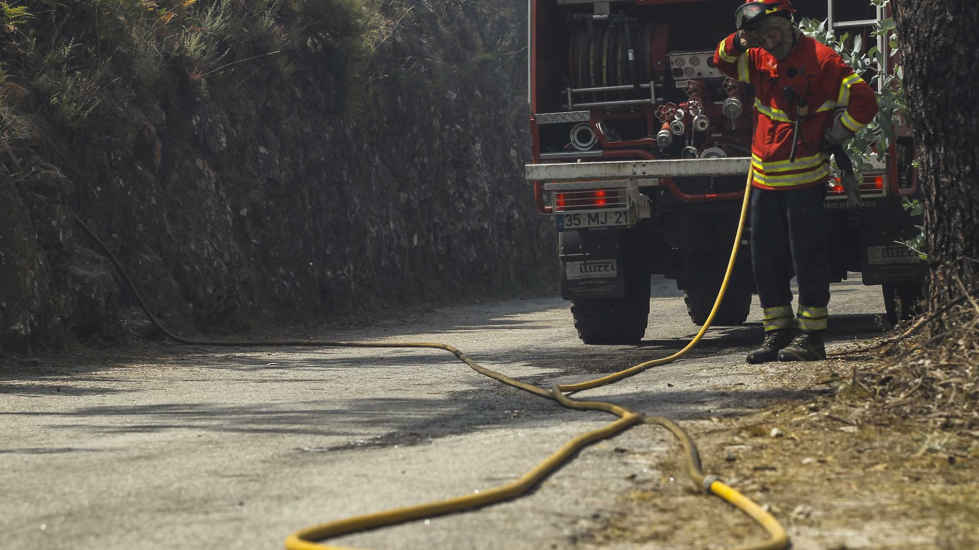 Incêndio em Barcelos lavra com intensidade, estação de serviço ameaçada