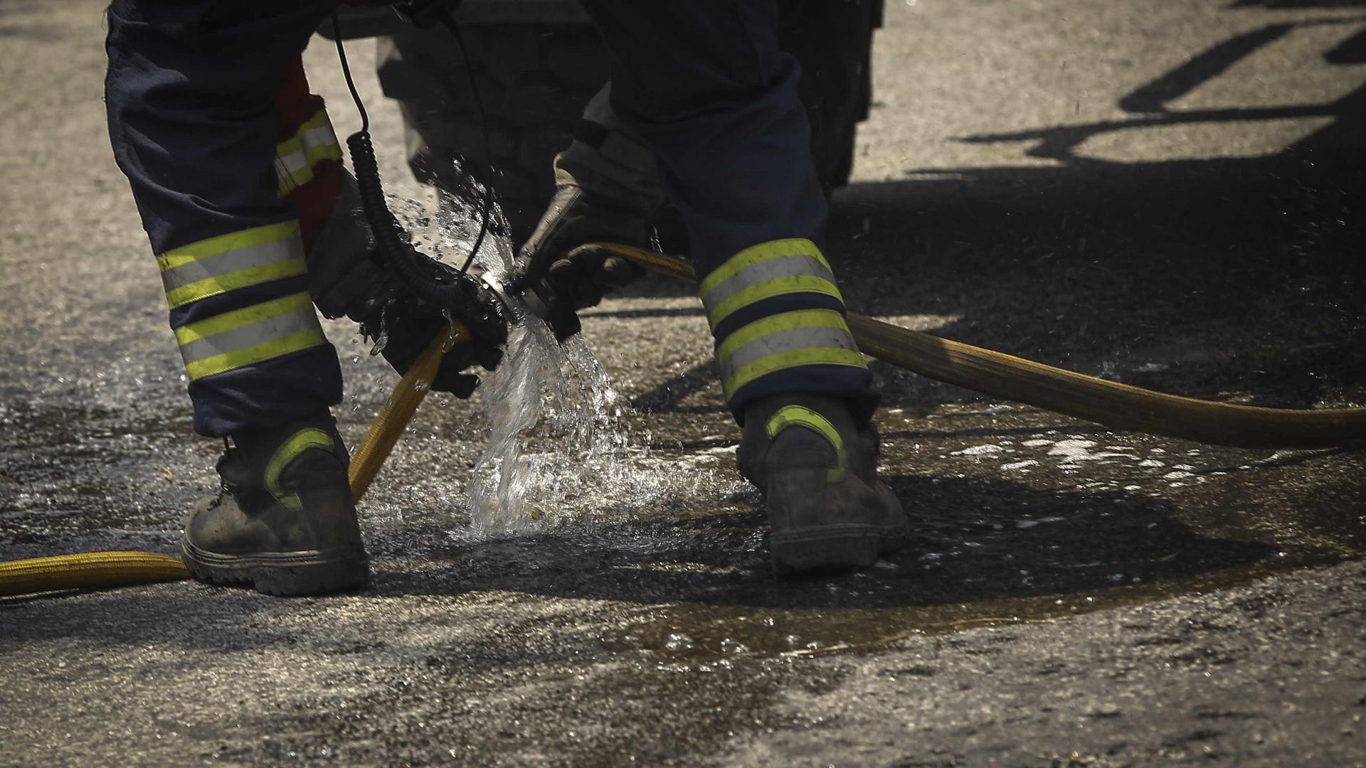 Carro incendeia-se na EN14 em Vila Nova de Famalicão