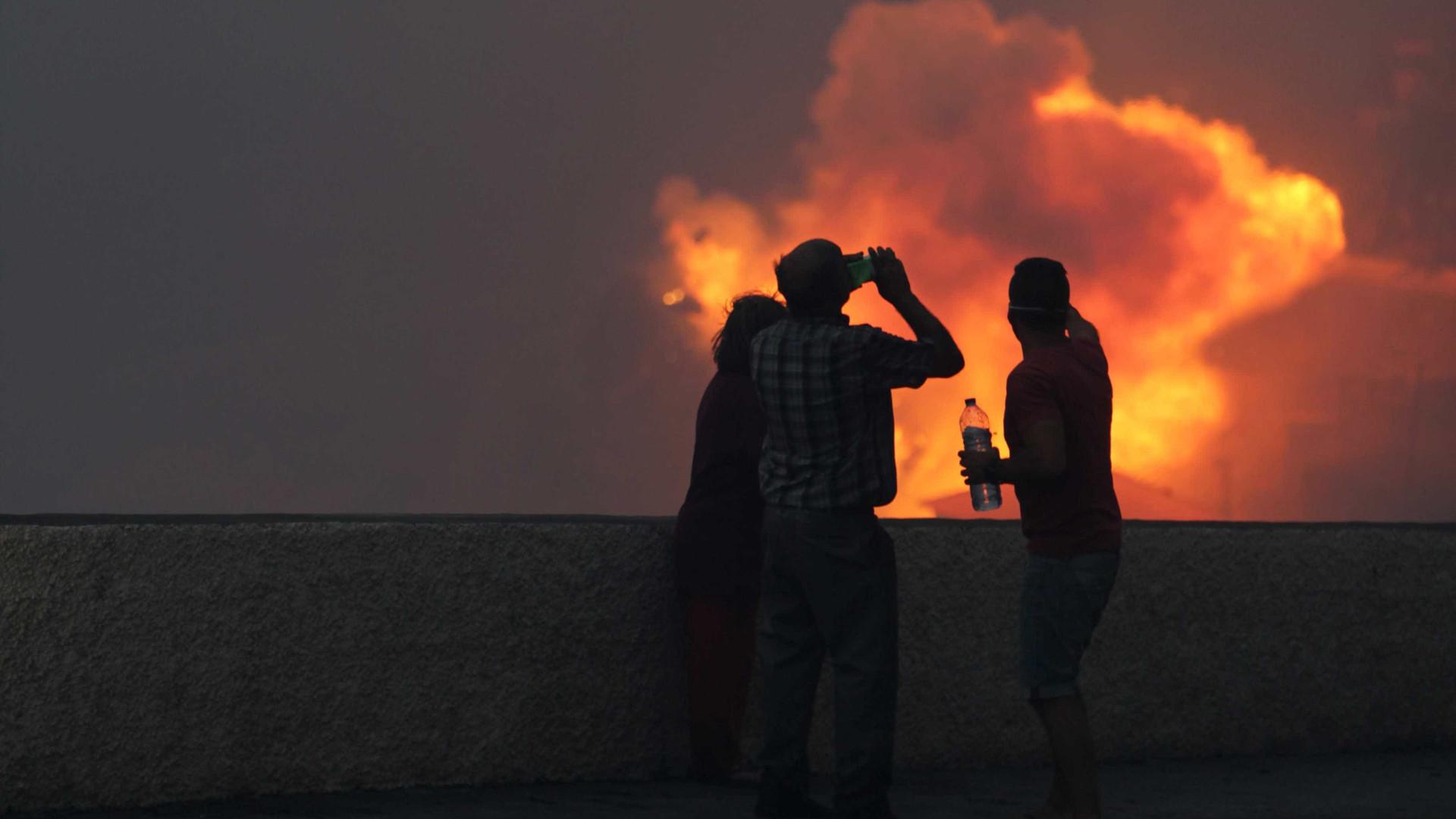 Quatro meios aéreos combatem chamas em S. Pedro do Sul