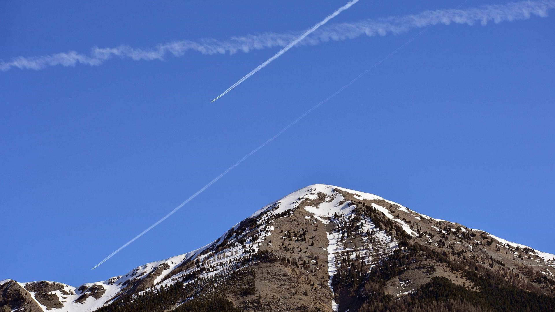 Mais de cem esquiadores presos em teleférico alvo de resgate nos Alpes