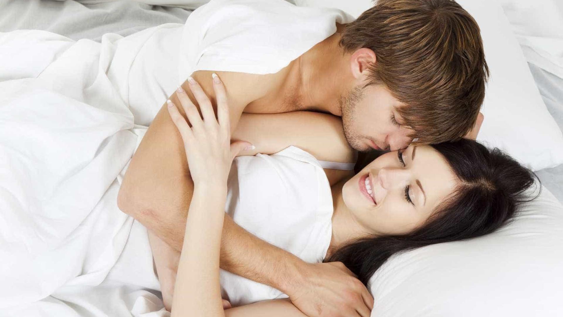 Beijar e abraçar mais. Eis o segredo para uma vida sexual melhor