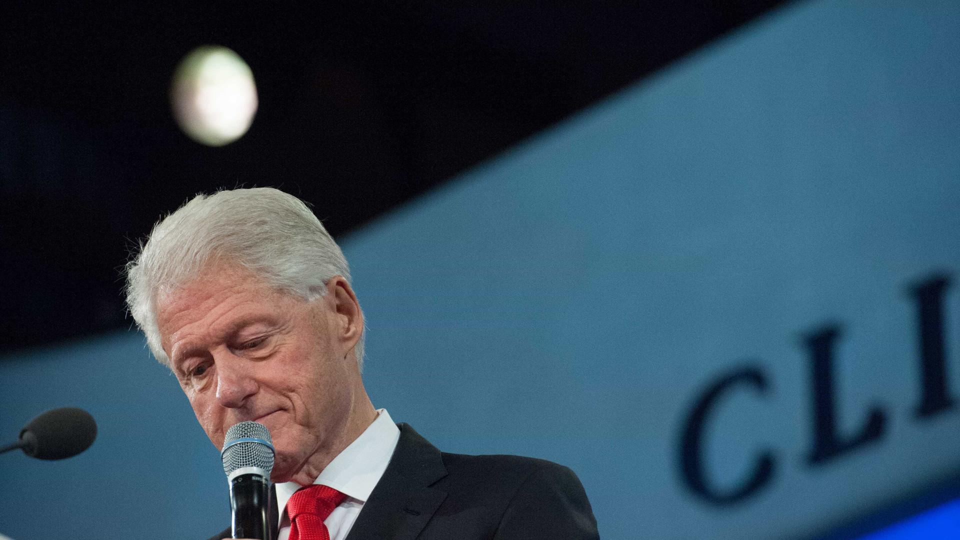 Antiga jornalista acusa Bill Clinton de toques de cariz sexual