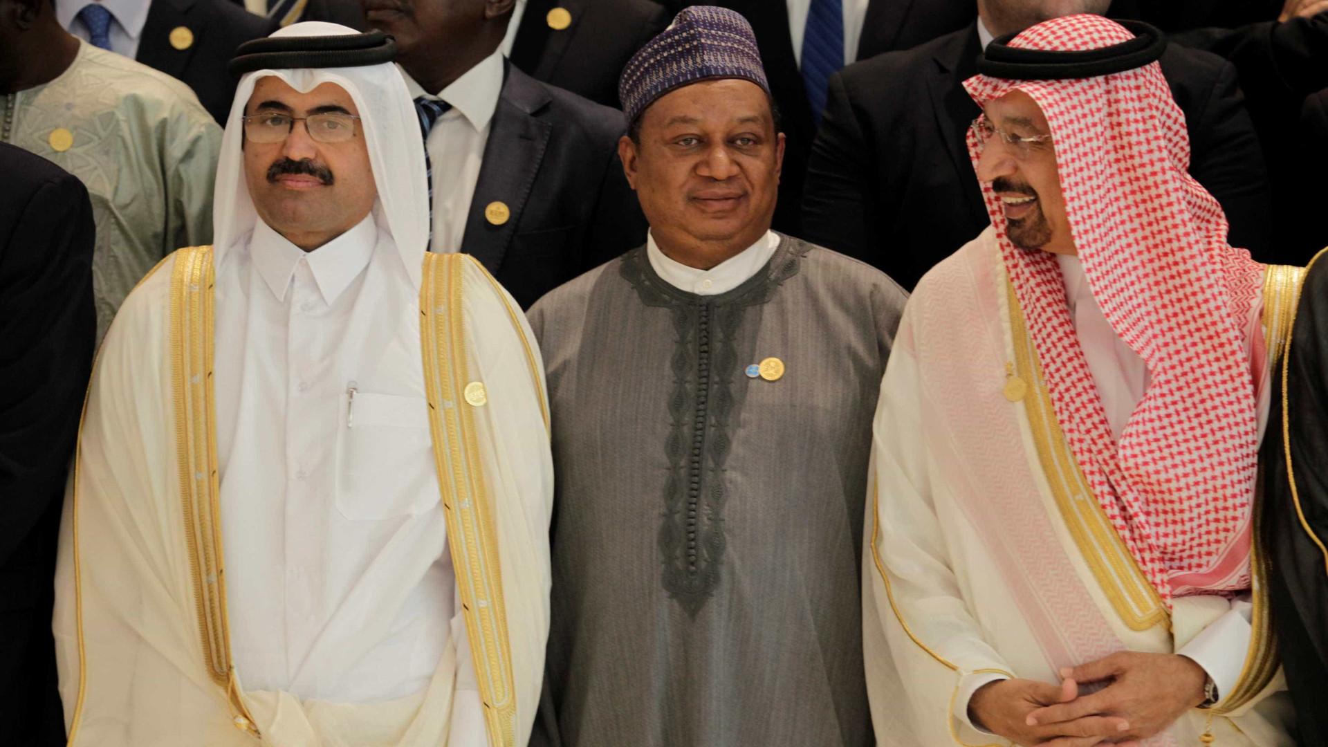 Rússia e Arábia Saudita querem prolongar cortes na produção de petróleo