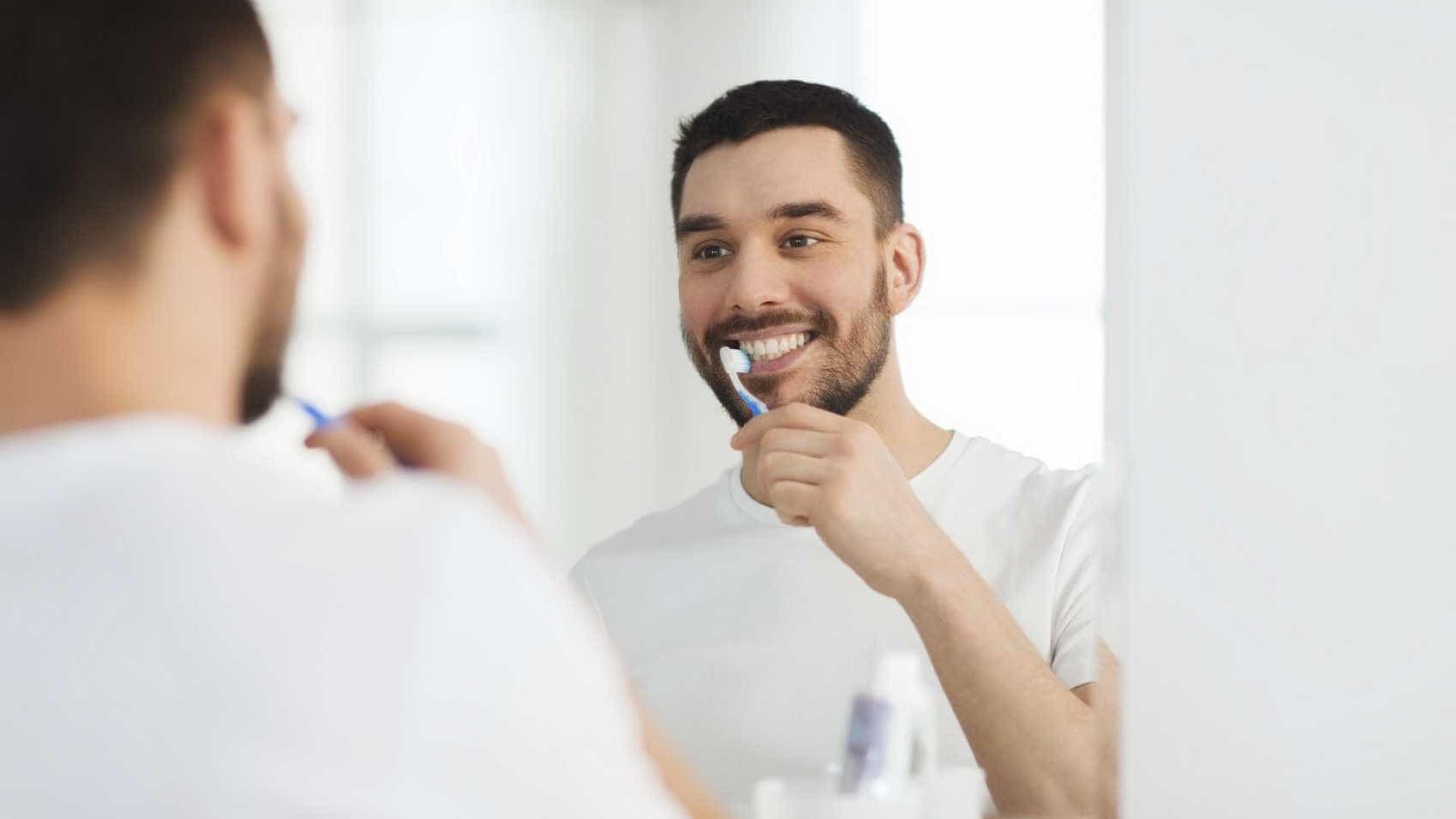 Usar a escova de dentes um do outro 1
