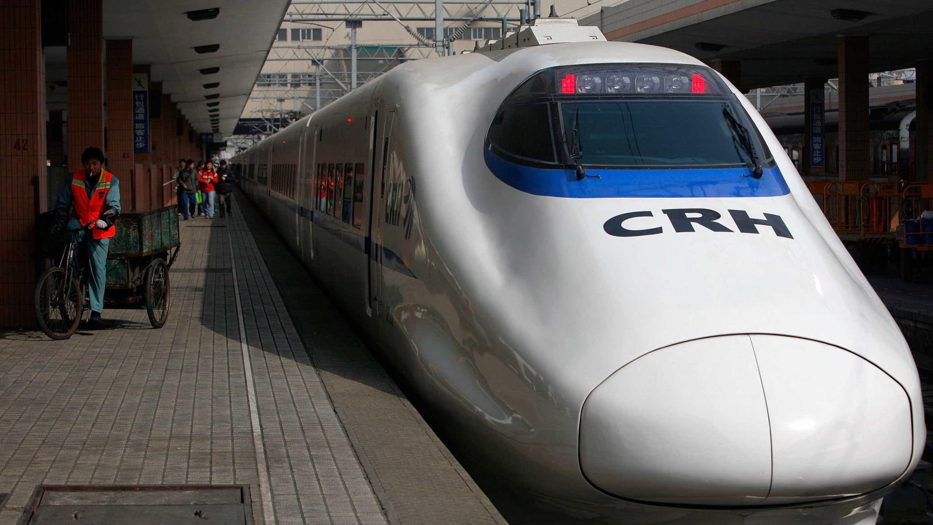 Homem com faca entra em comboio no Japão. Há vários feridos