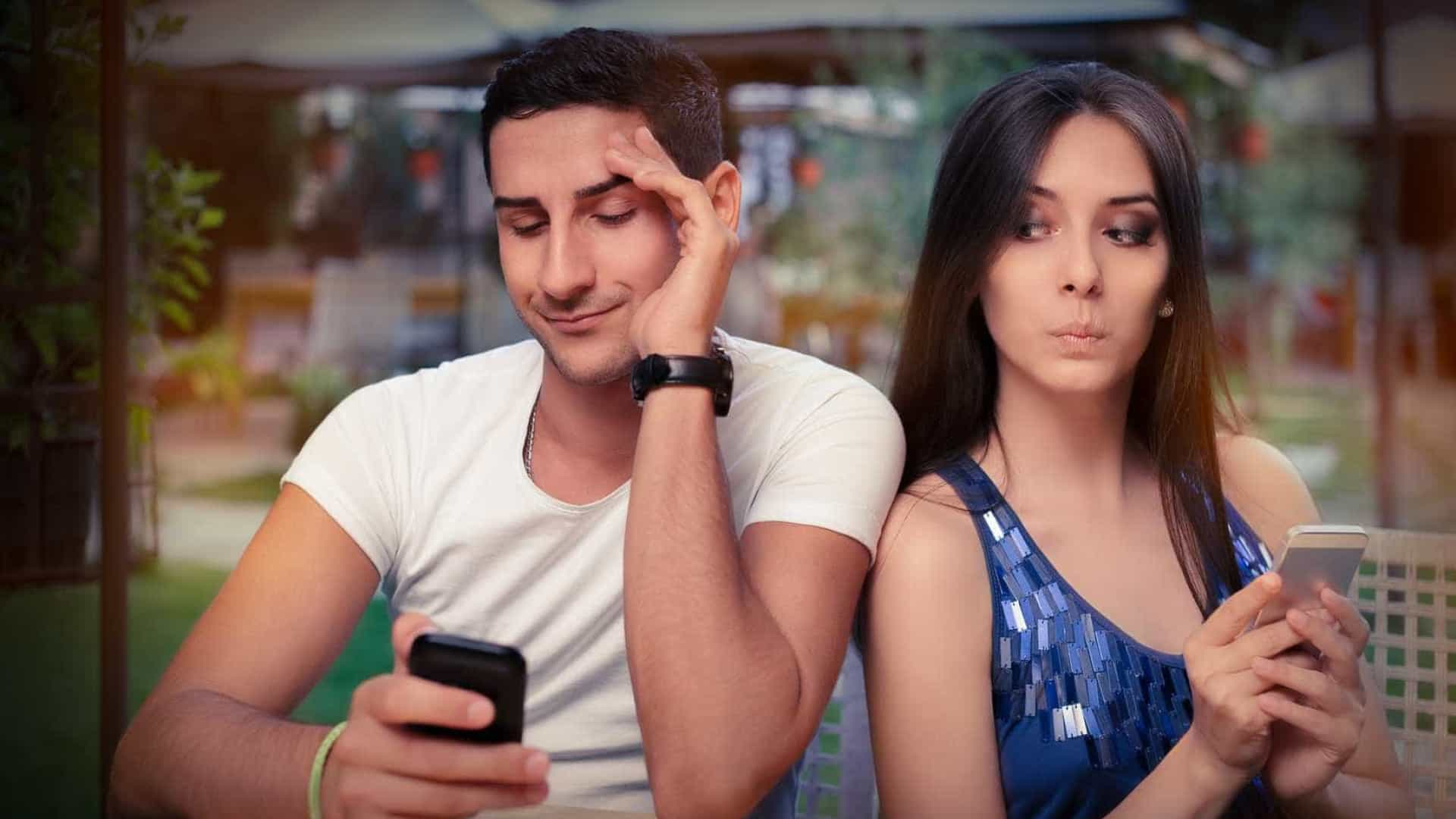 Casais admitem usar redes sociais para espiar parceiros