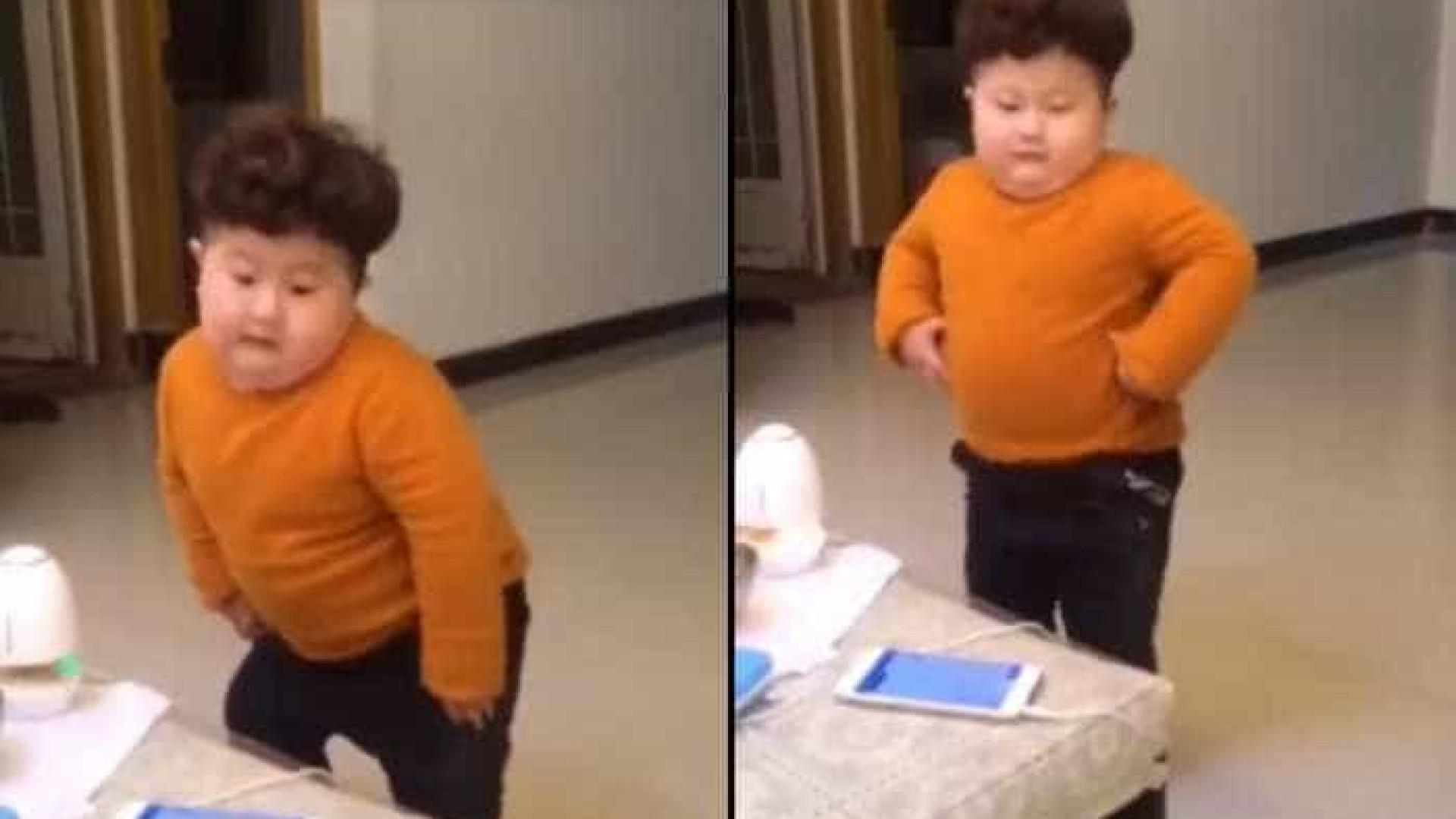 Menino asiático está a fazer as delícias nas redes sociais