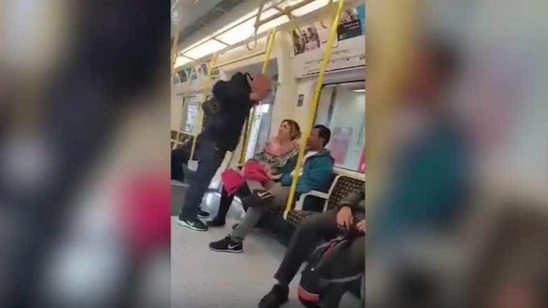 Após ataque racista, mulher persegue agressor no metro