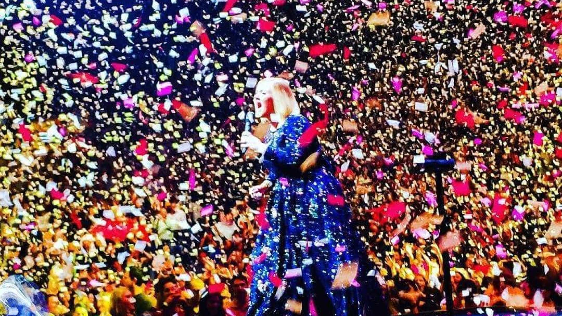 Adele recebe surpresa especial do namorado durante espetáculo