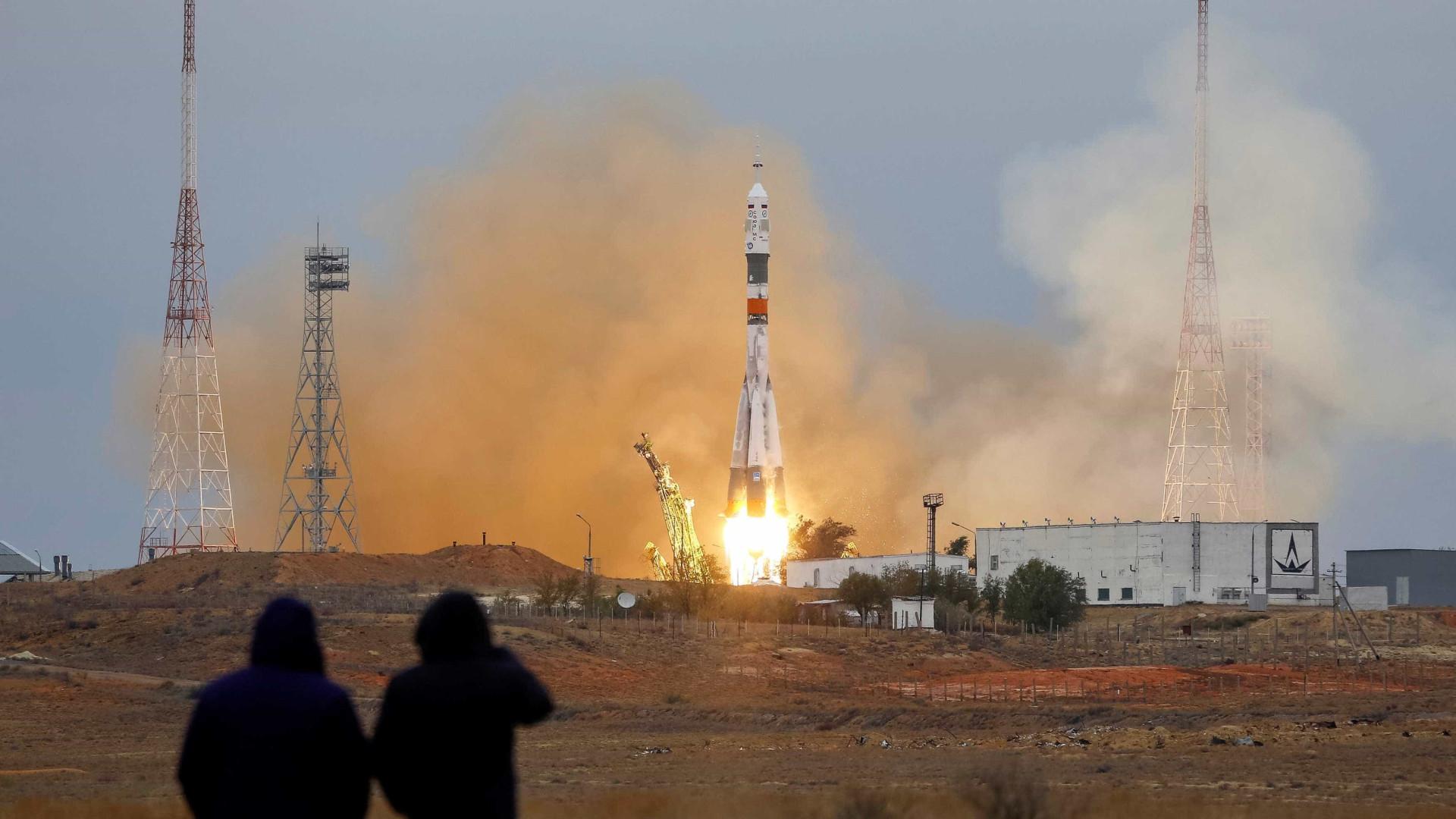 Nave espacial russa Soyuz descola rumo à Estação Espacial Internacional