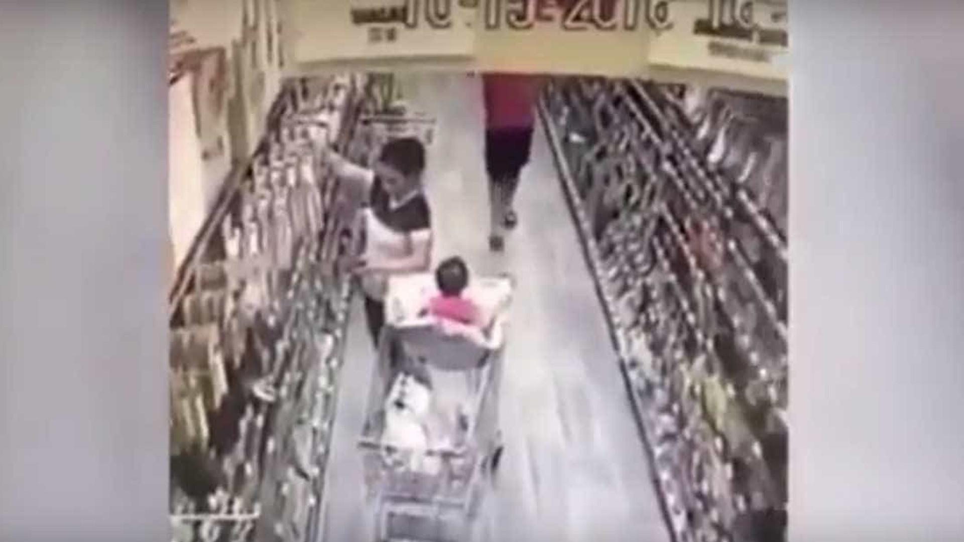 Vídeo mostra homem a tentar raptar bebé no supermercado