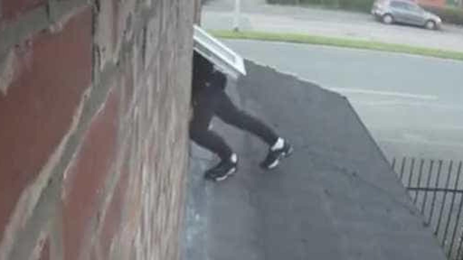 O assaltante conseguiu fugir mas quase deixava as calças para trás