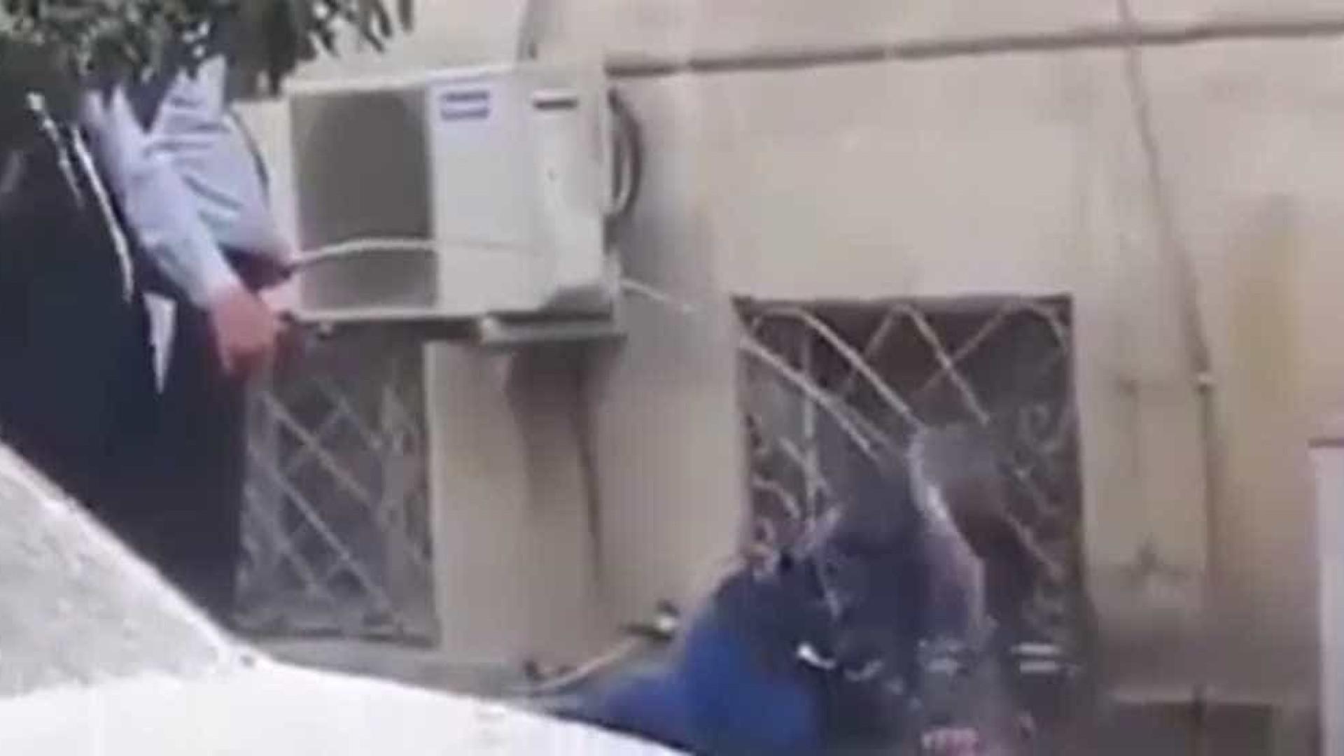 Polícia acorda sem-abrigo com mangeira e revolta internautas