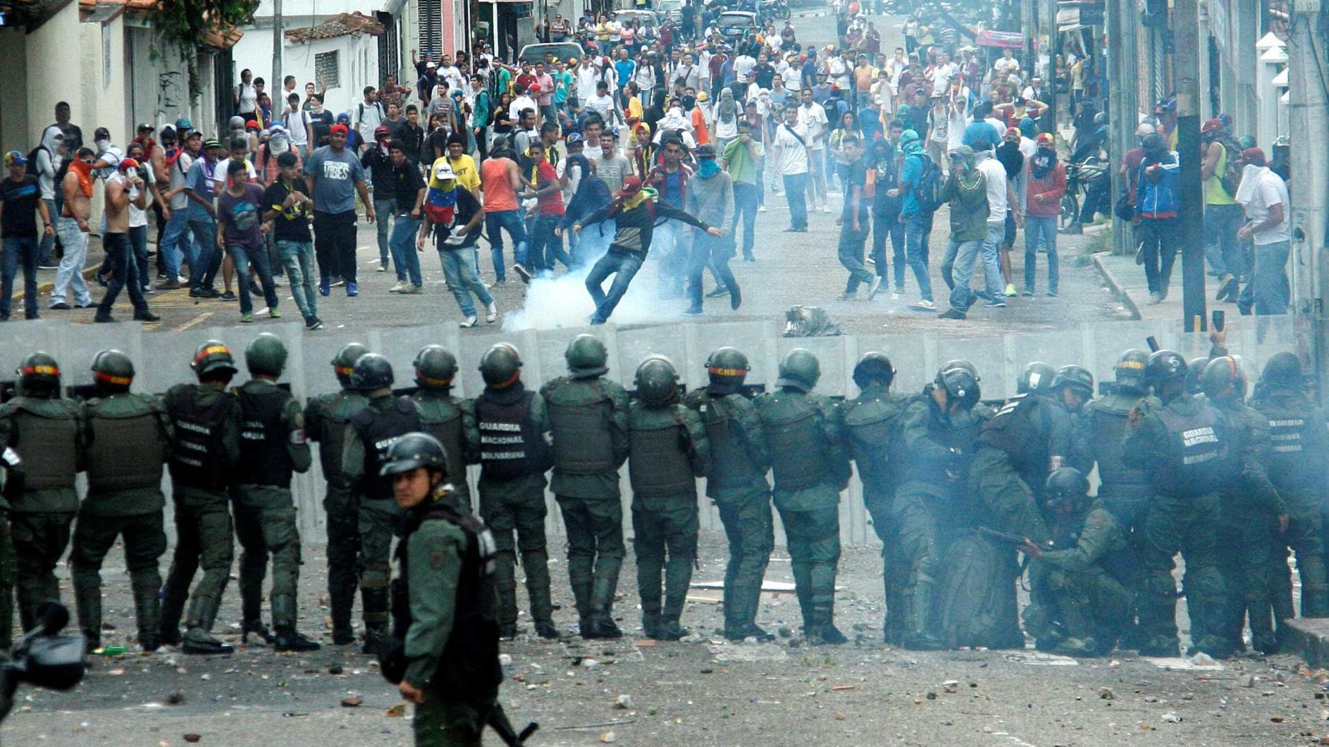 Polícia investigada por uso desproporcionado de força contra protestantes