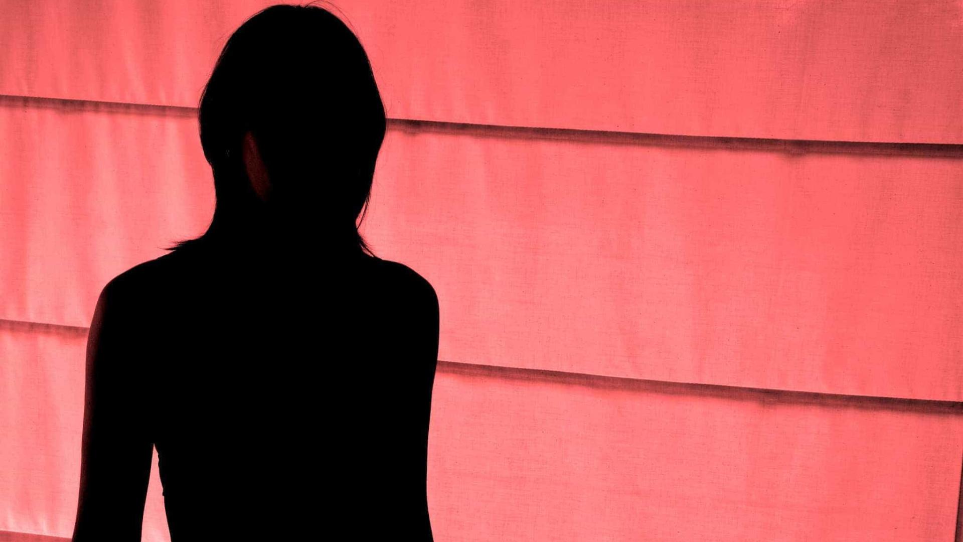 Mulher vestiu filha de coelhinha da Playboy e ajudou homem a violá-la