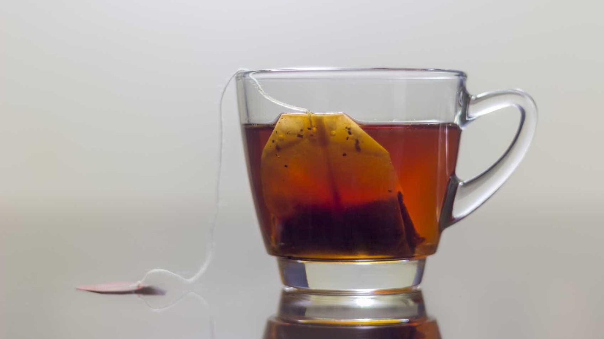 Por que não é boa ideia deixar saqueta de chá na caneca enquanto o bebe