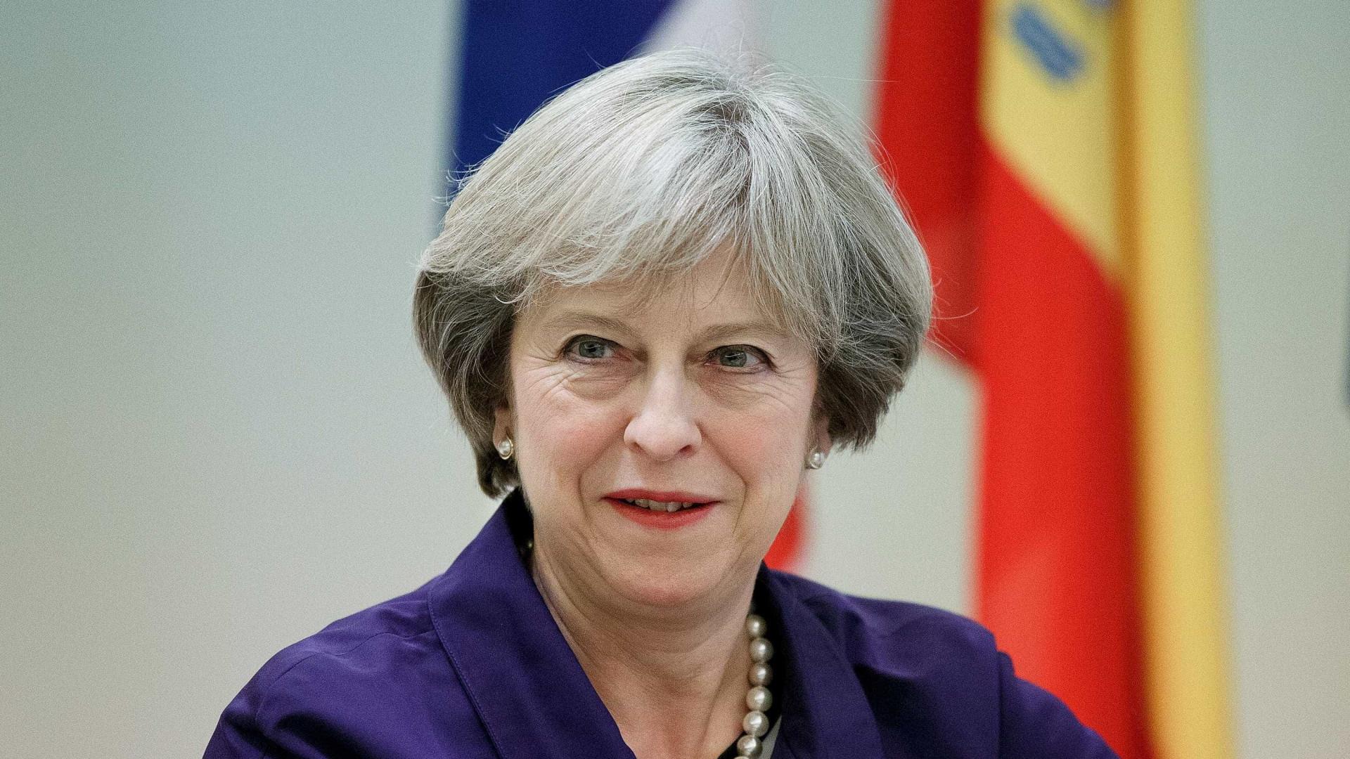Theresa May oferece 20 mil milhões de euros para sair da UE