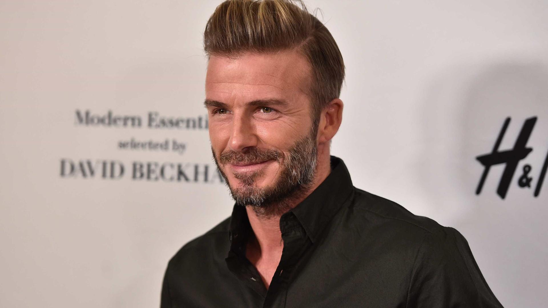 Ao ver David Beckham, mulher mostra seios no meio do trânsito