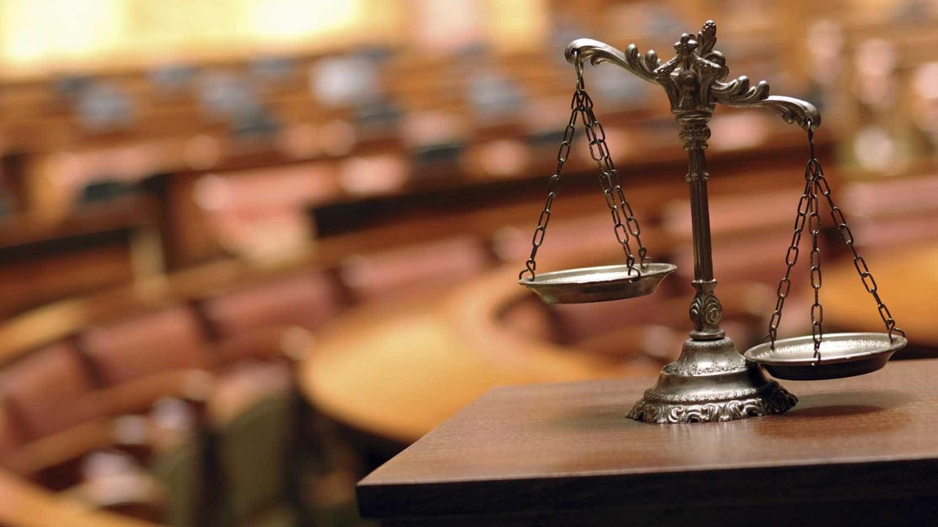 Arguido nega em tribunal ter encostado faca ao pescoço da mulher