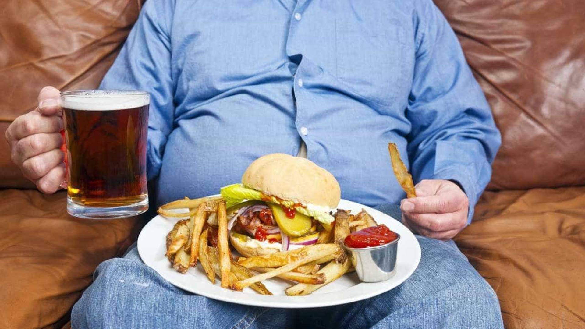 Comer fast-food influencia estado de angústia