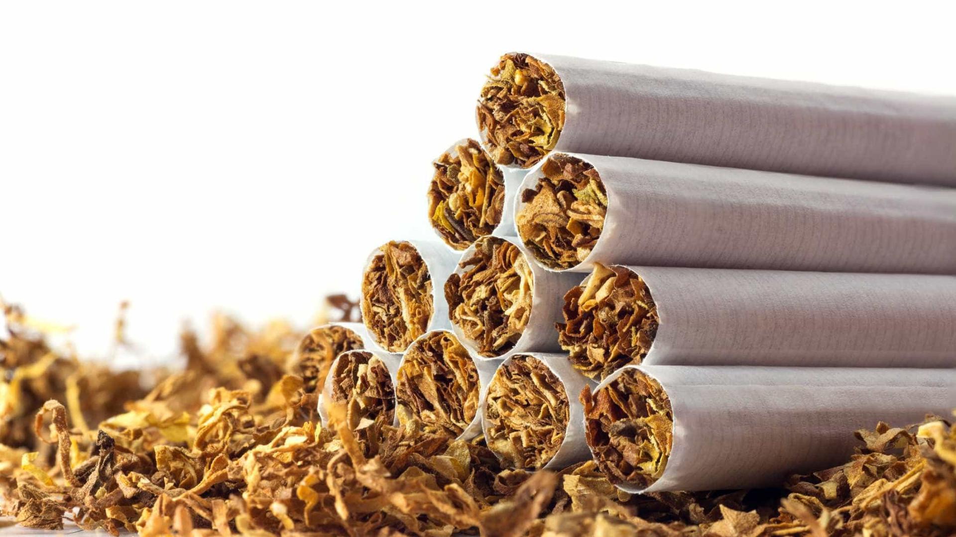 Uma mulher e dois homens detidos por assalto a tabacaria