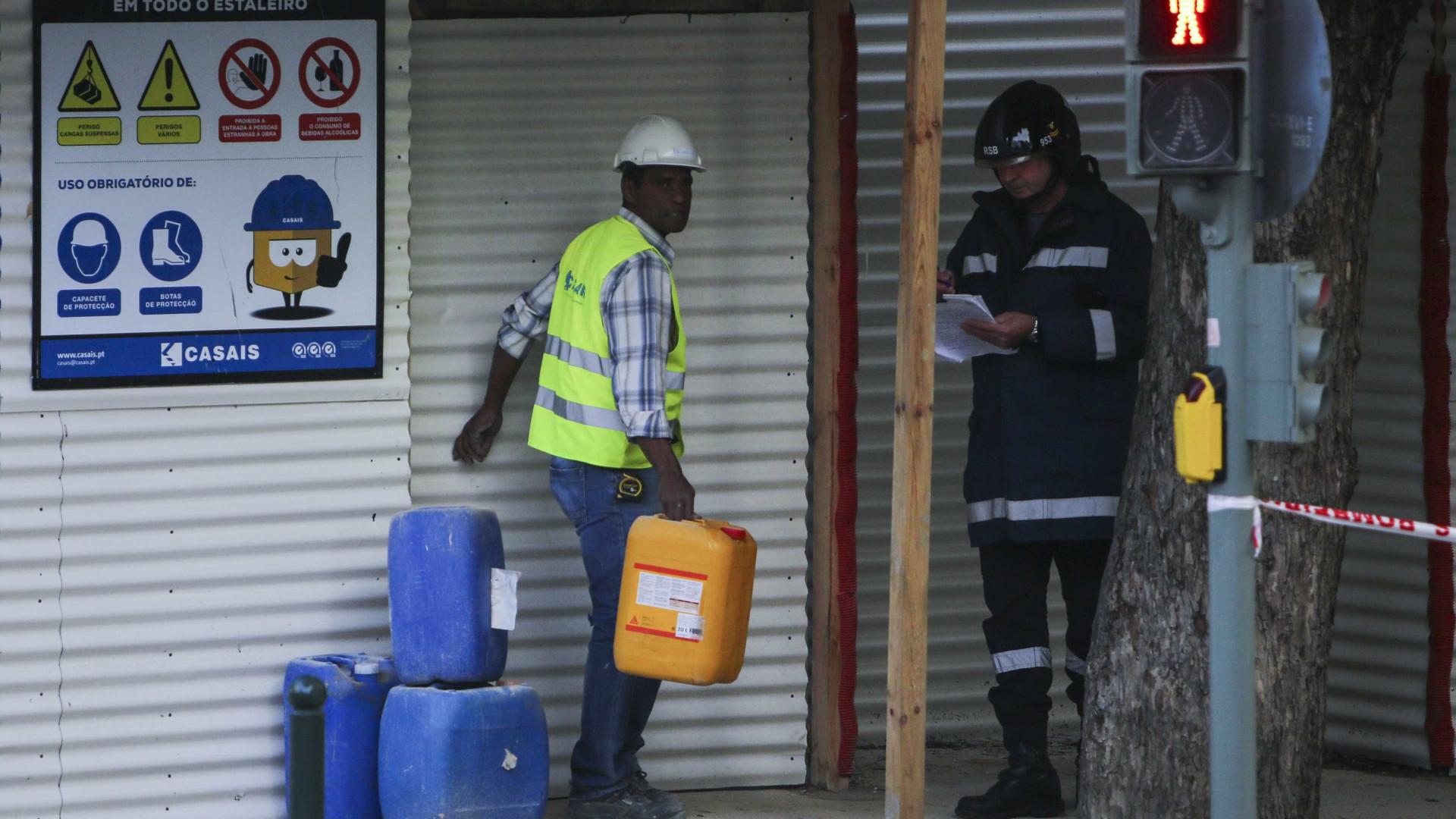 """""""Perigo"""" atrasa trabalho dos bombeiros para retirar corpo de escombros"""