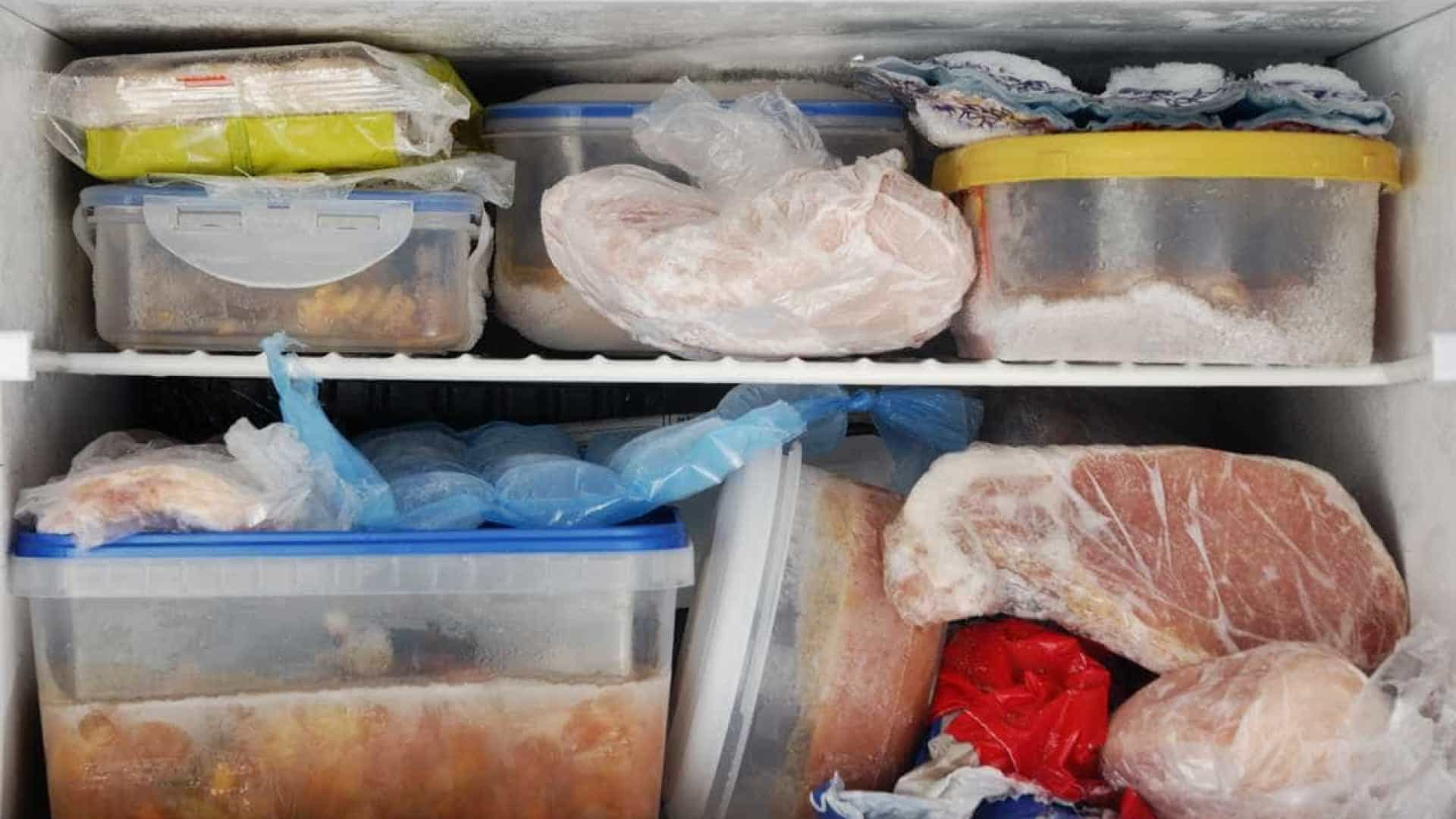 Por que não deve congelar e reaquecer comidas mais do que uma vez
