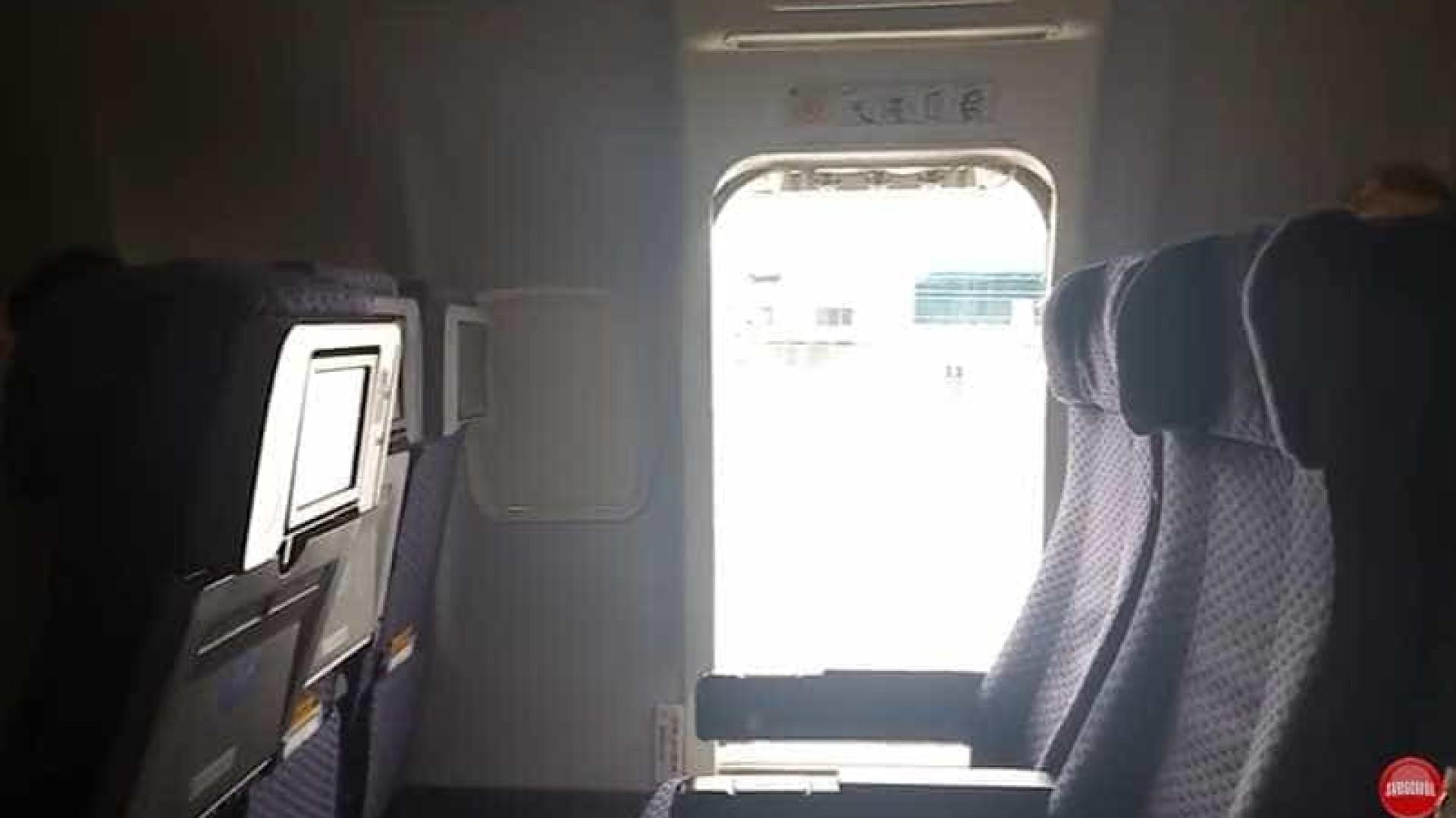 Mulher abre porta de avião da United Airlines e atira-se para a pista