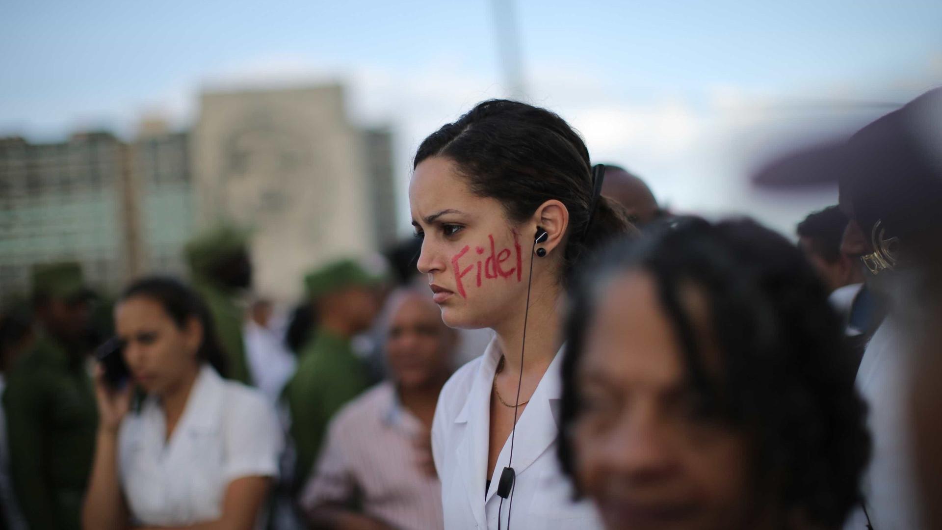 Uma centena de antigos estudantes em Cuba marcham em Cabo Verde por Fidel