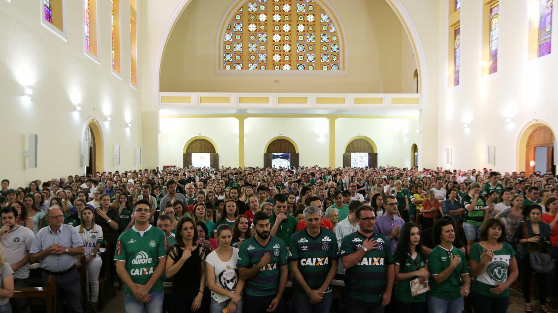 Chapecoense planeia velório coletivo para vítimas de acidente aéreo