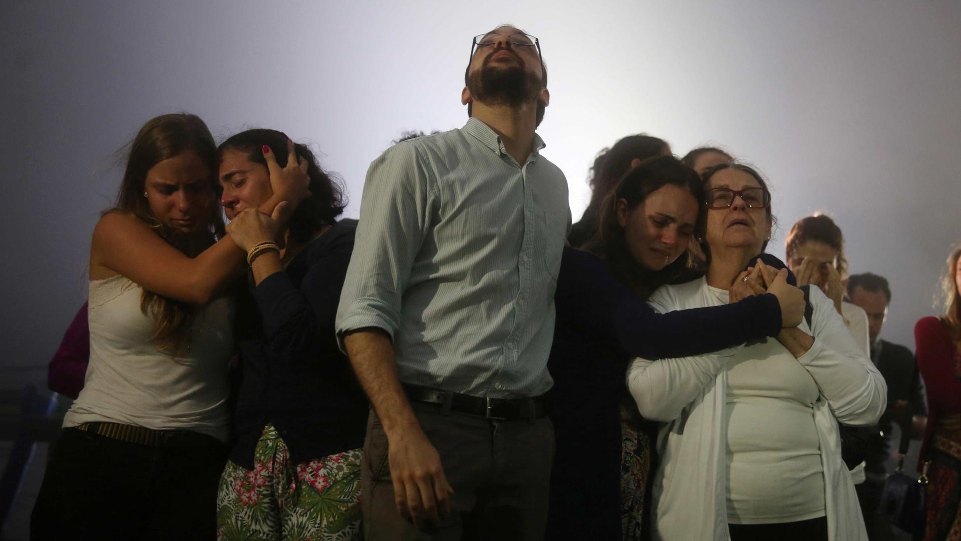 Um dia após a tragédia choram-se os 71 mortos e pedem-se respostas