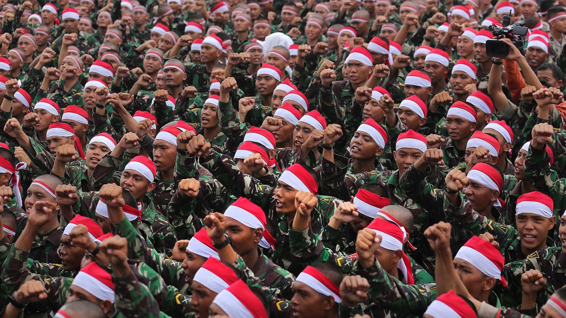 Milhares de soldados e polícias indonésios manifestam-se pela unidade