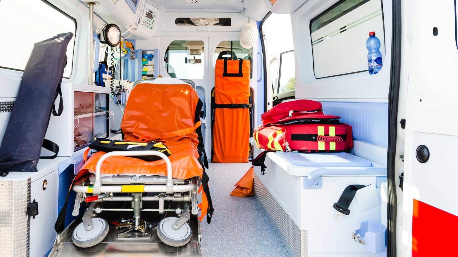 Mulher inconsciente violada em ambulância por quem lhe prestava auxílio