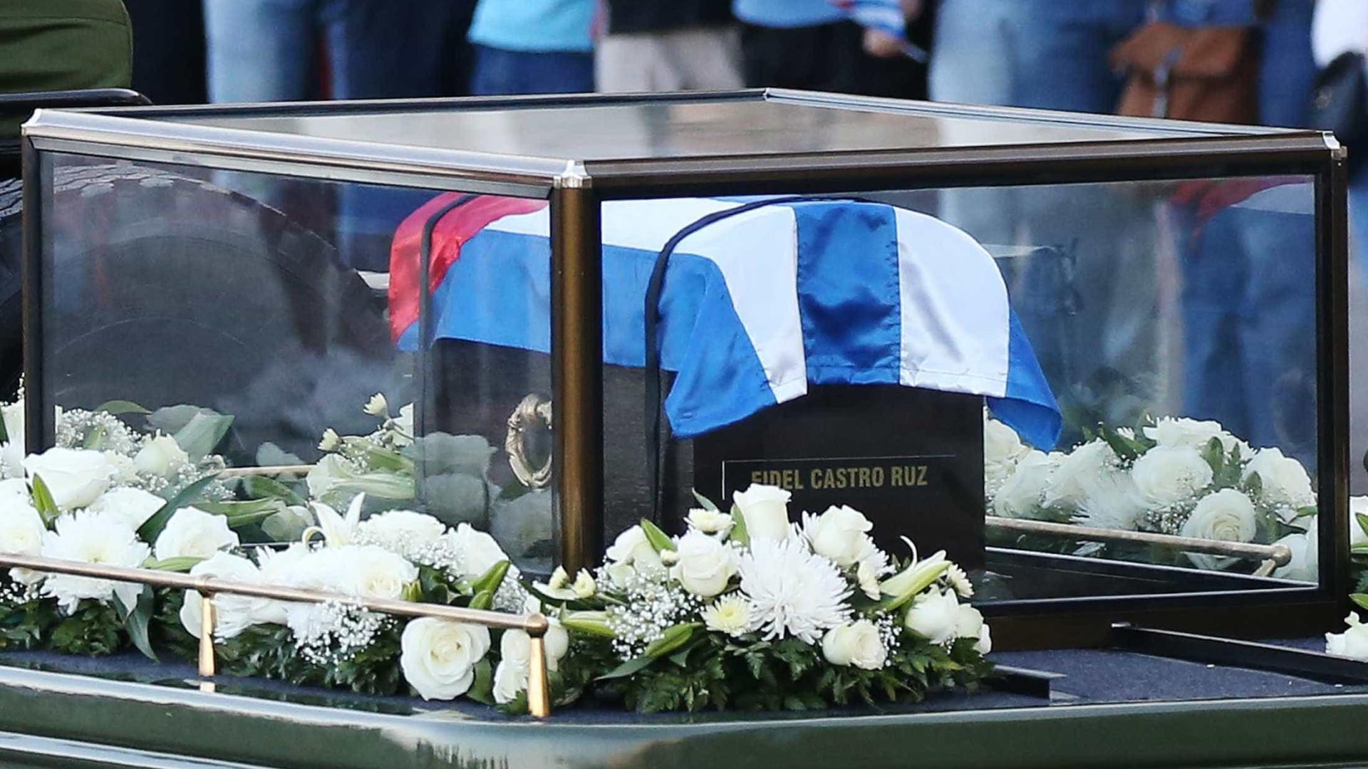 Cinzas de líder cubano viajam de Havana até Santiago onde são enterradas