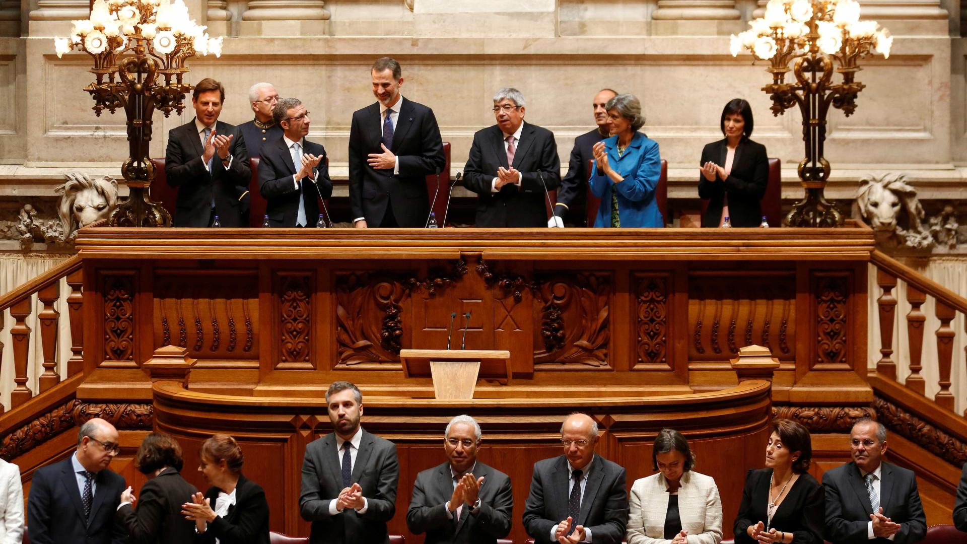 """Santos Silva não viu """"descortesia"""" aos reis espanhóis no Parlamento"""