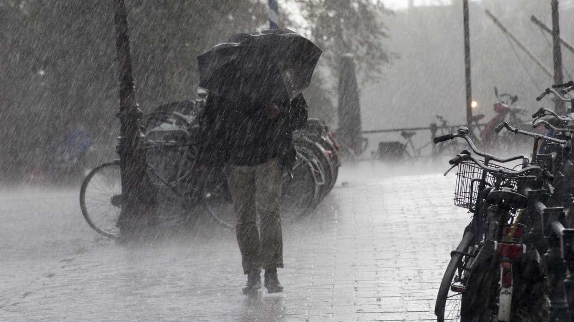 Prepare-se. O fim de semana traz chuva intensa e vento forte