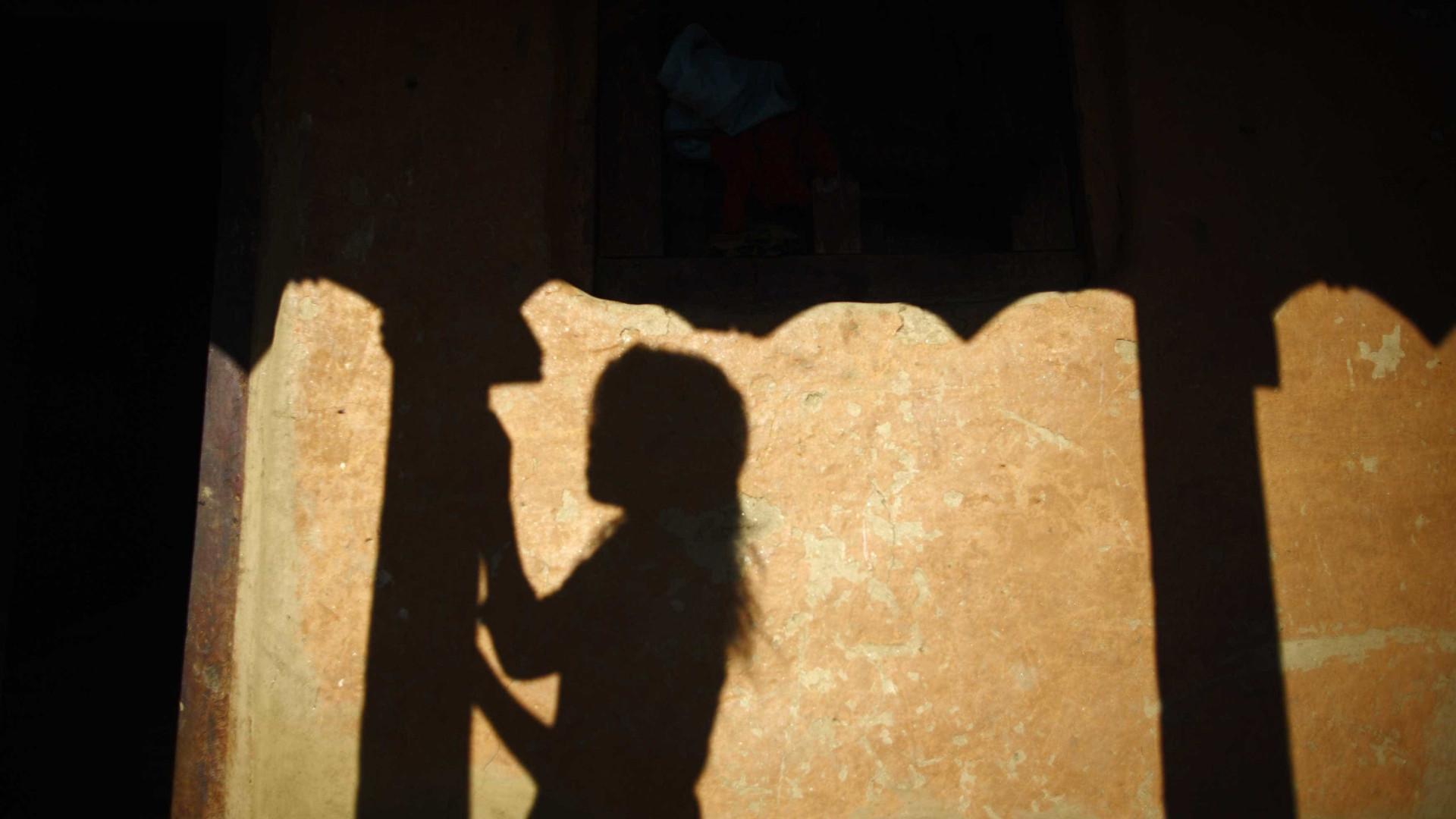 Multidão irada ataca polícia após violação e morte de menina de 8 anos