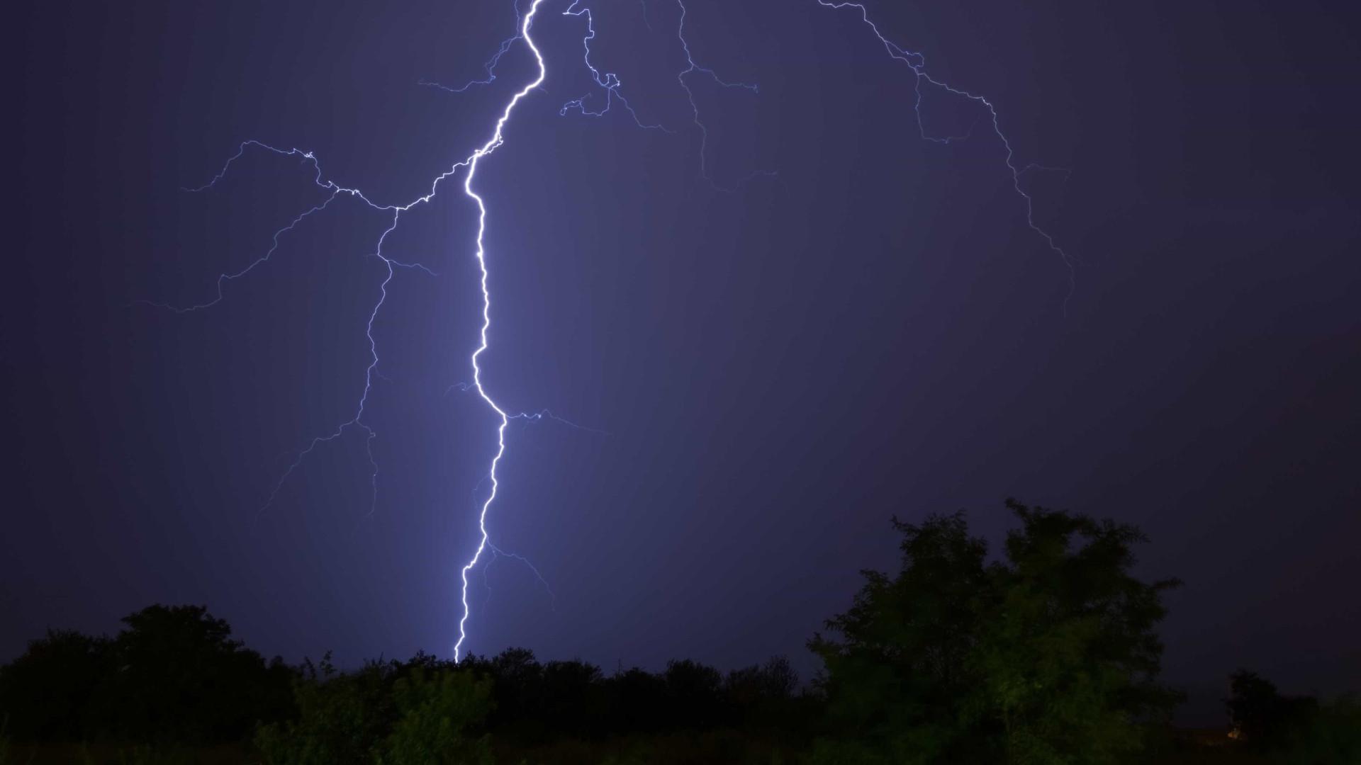 Raio atinge para-raios da Petrogal em Matosinhos e causa falha elétrica