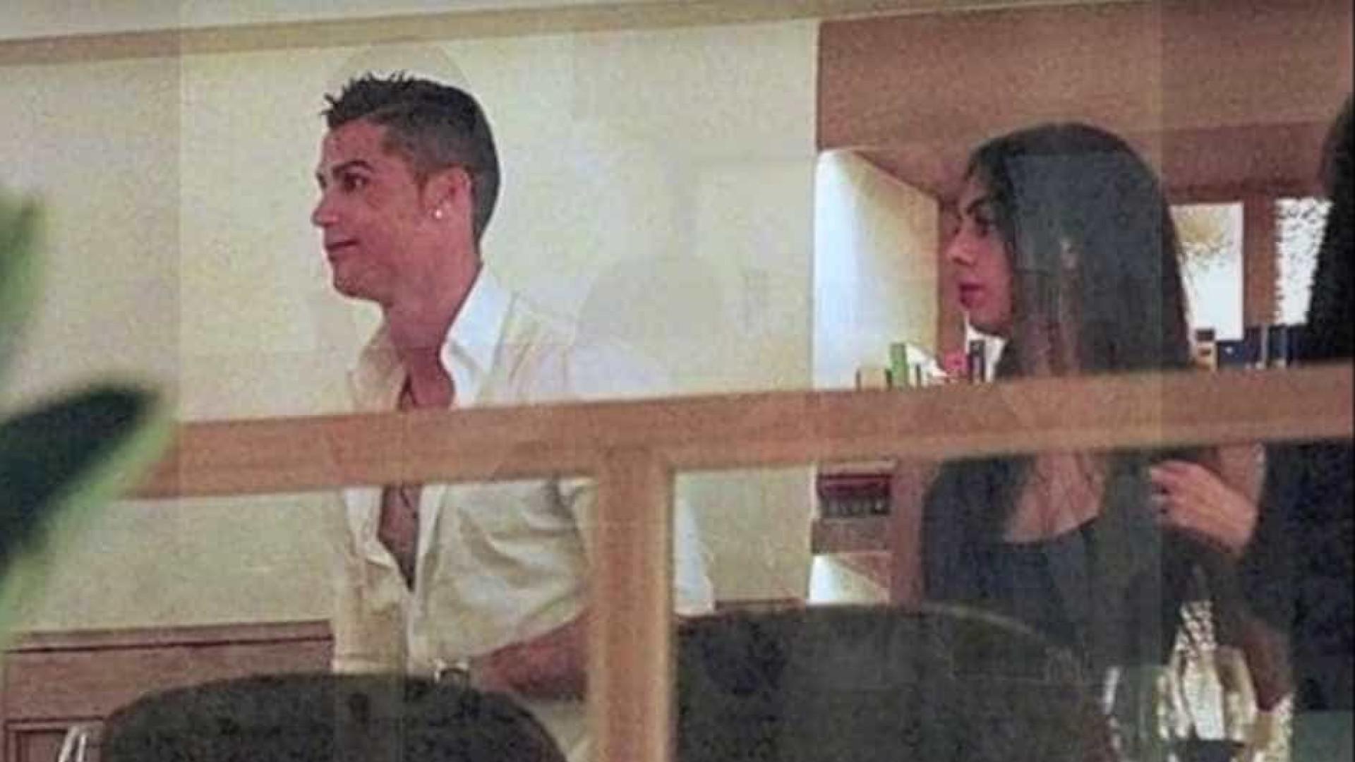 Ronaldo 'apanhado' aos beijos com a namorada