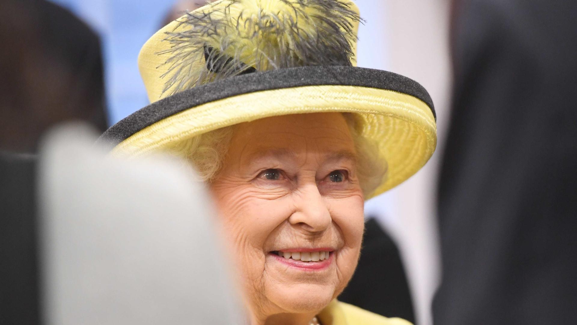 Carlos chama-lhe 'mamã' e Isabel II... revira os olhos