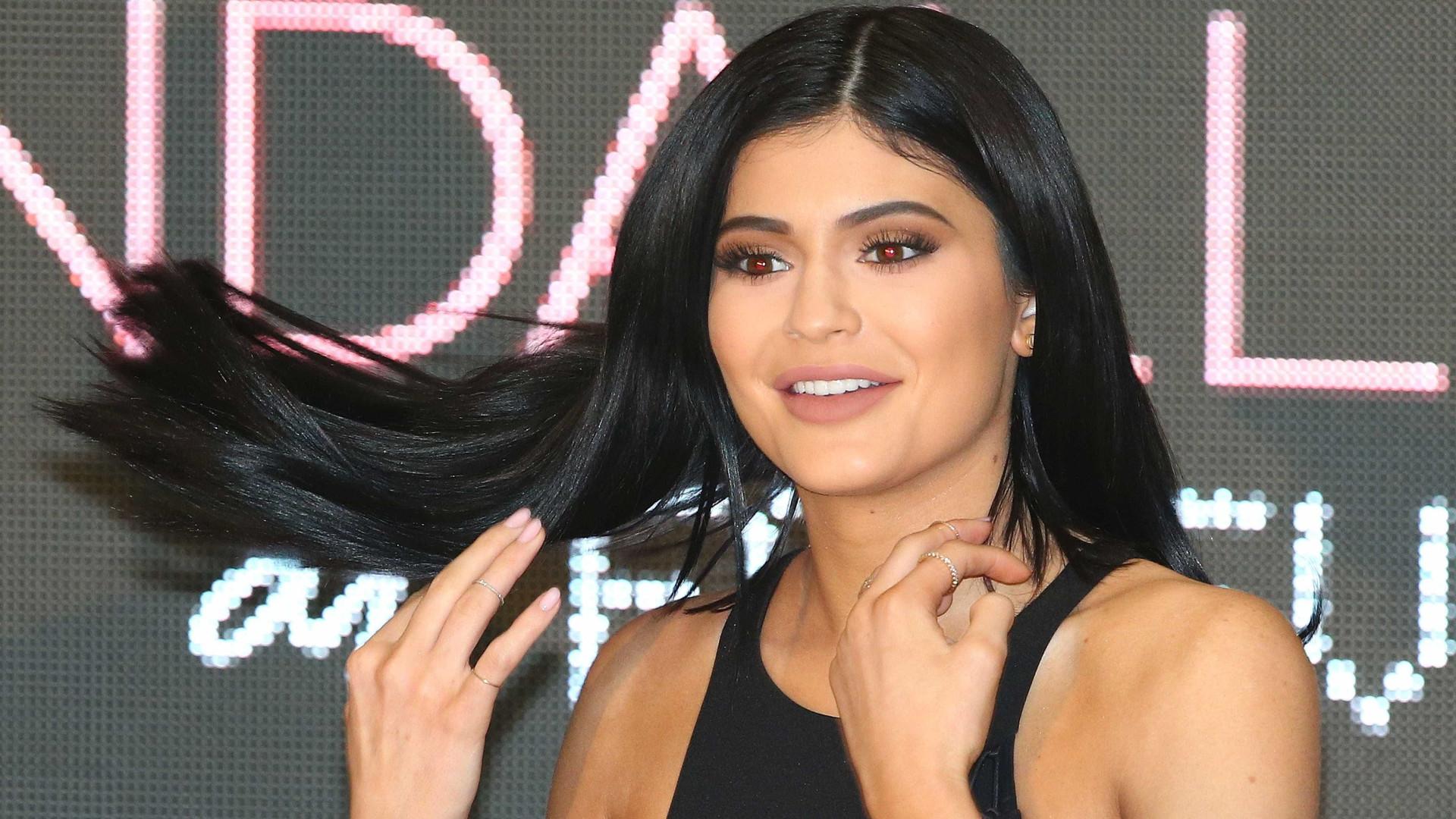 """Kylie Jenner é uma """"mãe muito prática"""""""